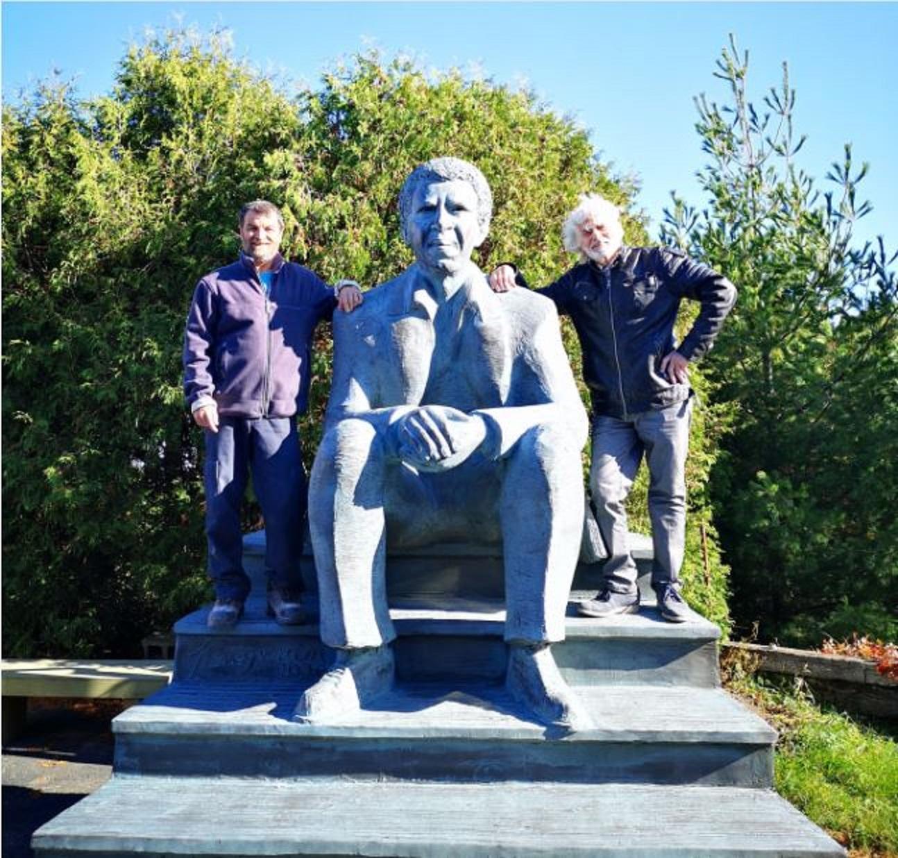 Sculpture réalisée par le sculpteur Roger Langevin (à droite) et son assistant Jean-François Beaulieu.