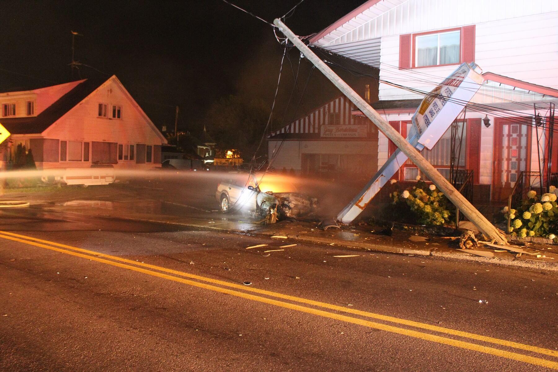 Une voiture prend feu après avoir percuté un poteau d'électricité