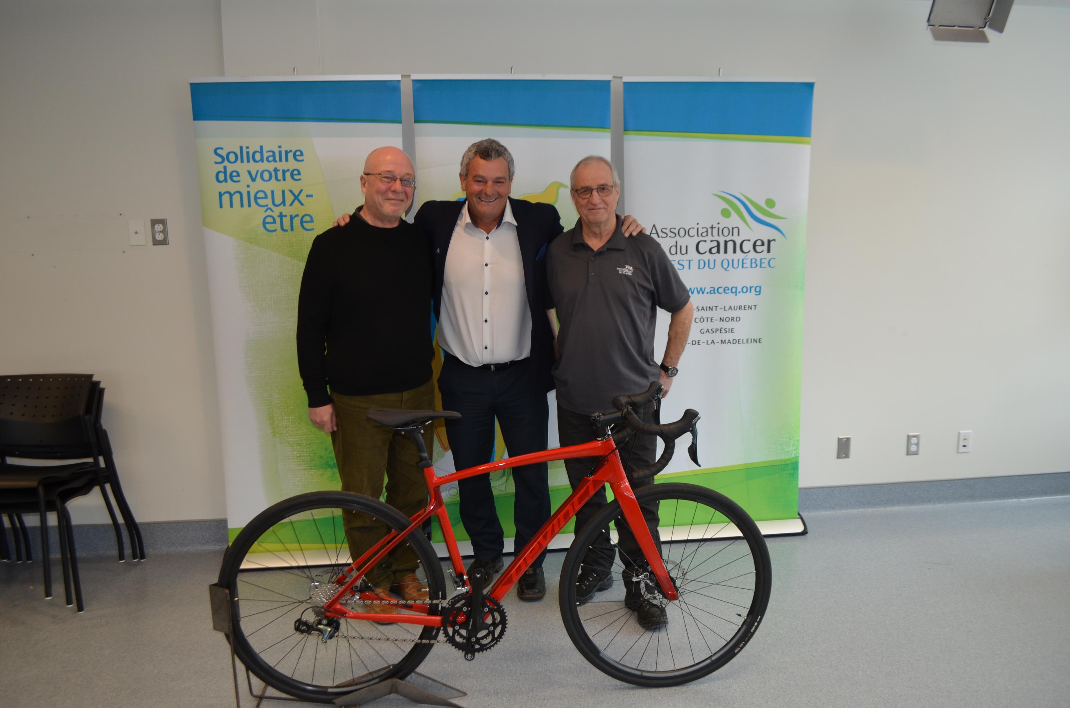 Daniel Bénéteau, président de l'Association du cancer de l'Est-du-Québec; Pierre Blier, président d'honneur du Défi Vélo Plein Air et Gilles Duchesne, coordonnateur de l'événement.