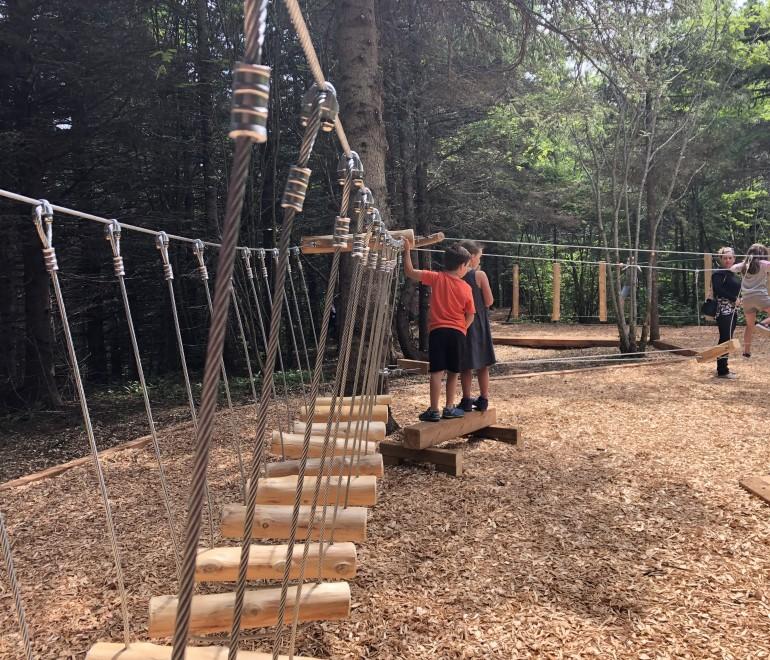 Le «parcours des Braves», un circuit d'hébertisme en forêt pour jeunes et moins jeunes à Rimouski.
