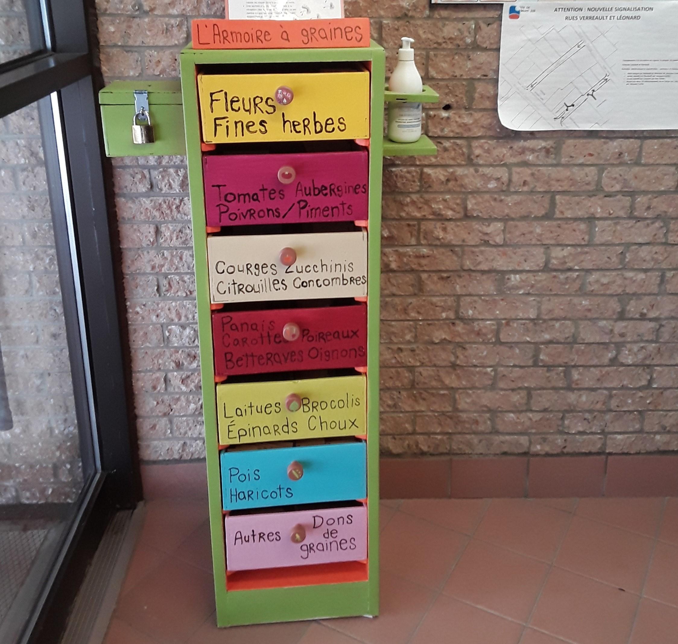 Une armoire à graines vient d'être installée dans l'entrée de la bibliothèque de Mont-Joli.