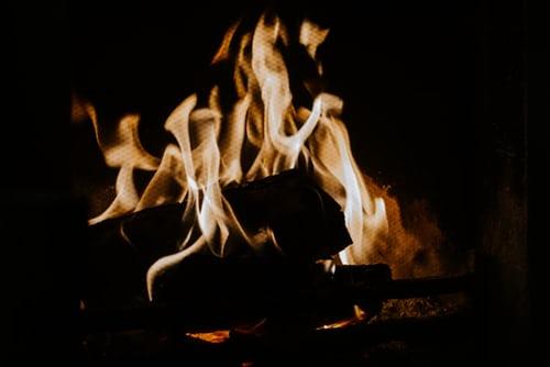 La combustion de divers matériaux tels le bois, le propane, l'essence, le gaz naturel peut produire du monoxyde de carbone.