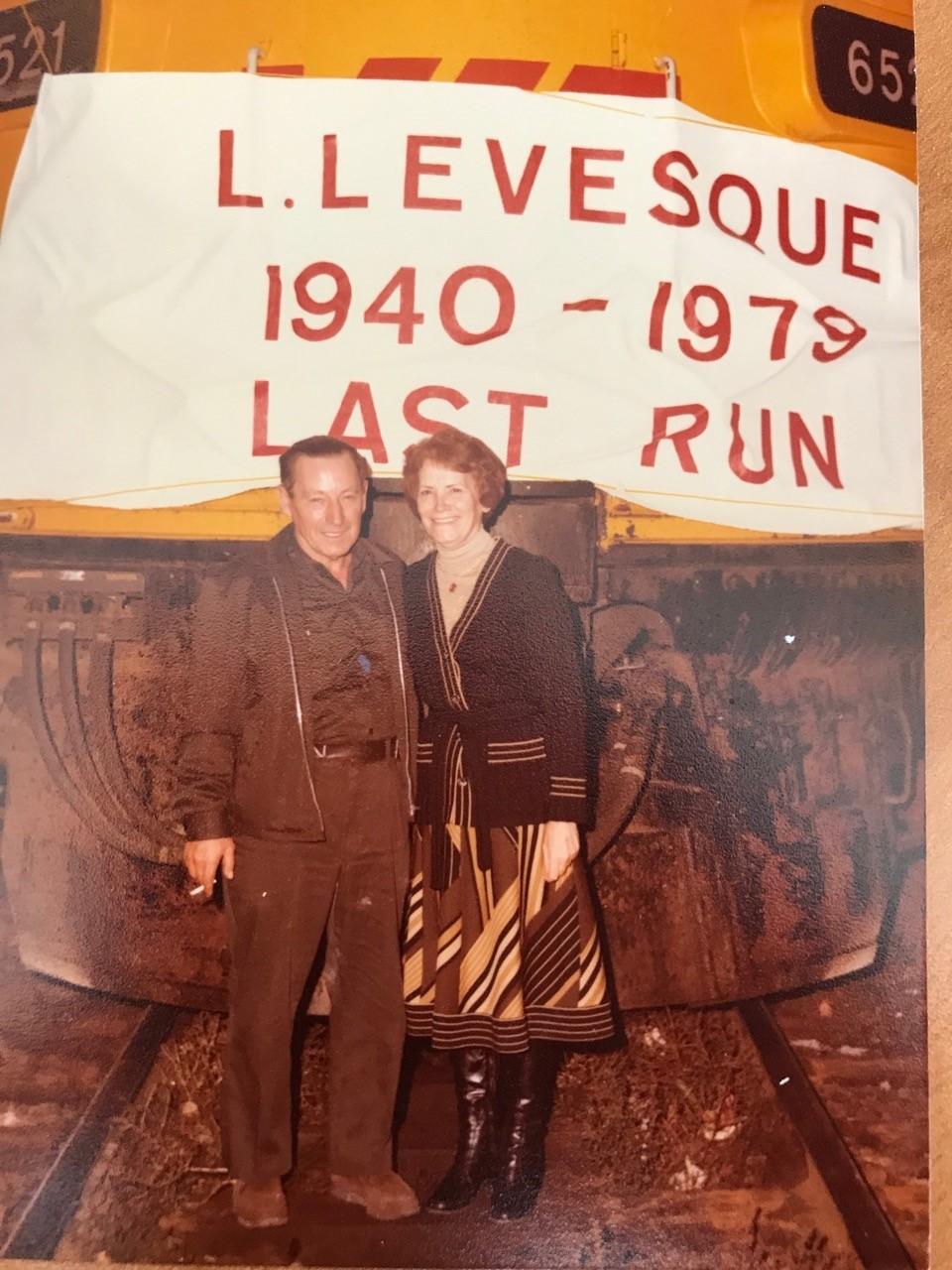 Une tradition au CN. La banderole qui marquait en 1979, le dernier voyage de feu Laurier Levesque, conducteur de locomotive. Il est en compagnie de son épouse Hélène Fillion-Levesque.