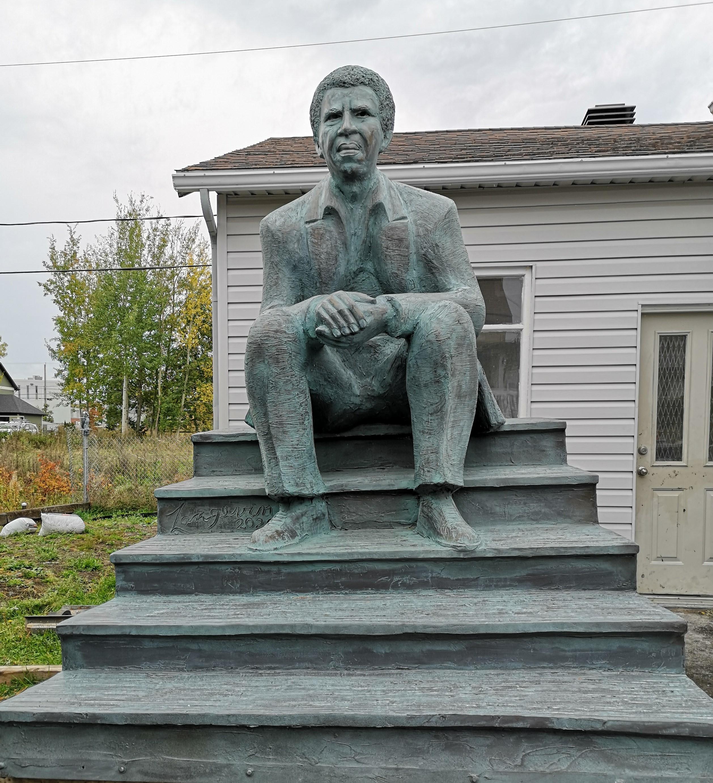 La sculpture intitulée «L'exil vaut le voyage» en hommage à Dany Laferrière.