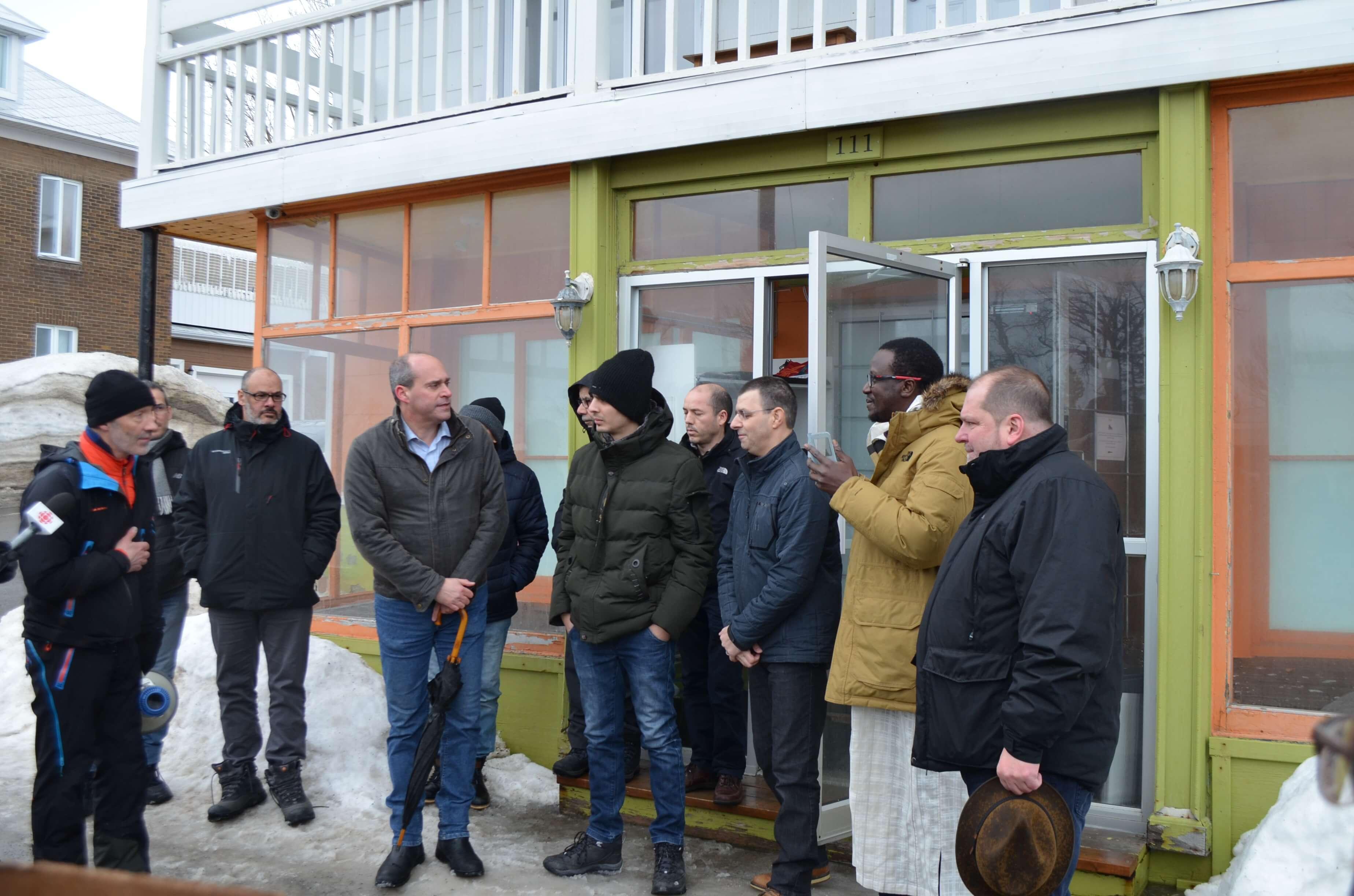 Les élus et les marcheurs rencontrent des membres de la communauté musulmane à Rimouski eu guise de solidarité à la suite de l'attentat d'hier (jeudi) en Nouvelle-Zélande.