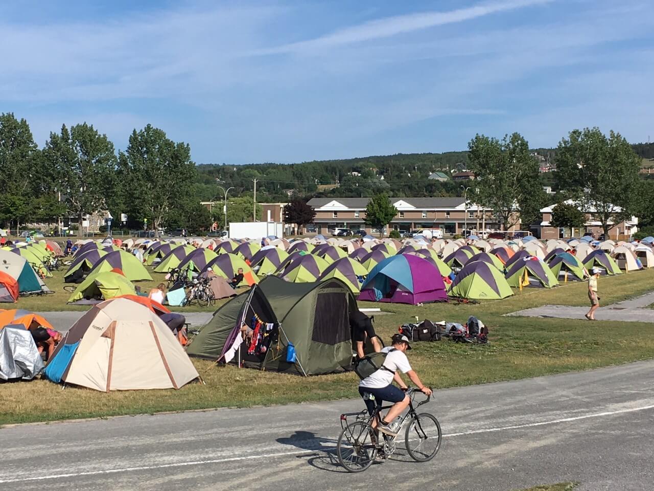 Une marée de cyclistes-campeurs déferle sur Rimouski