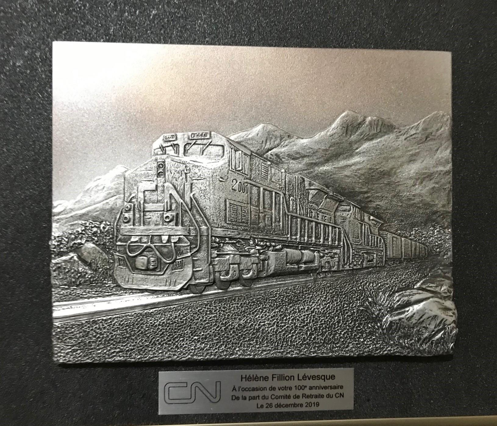 La plaque souvenir du CN remise à Mme Hélène Fillion-Levesque.