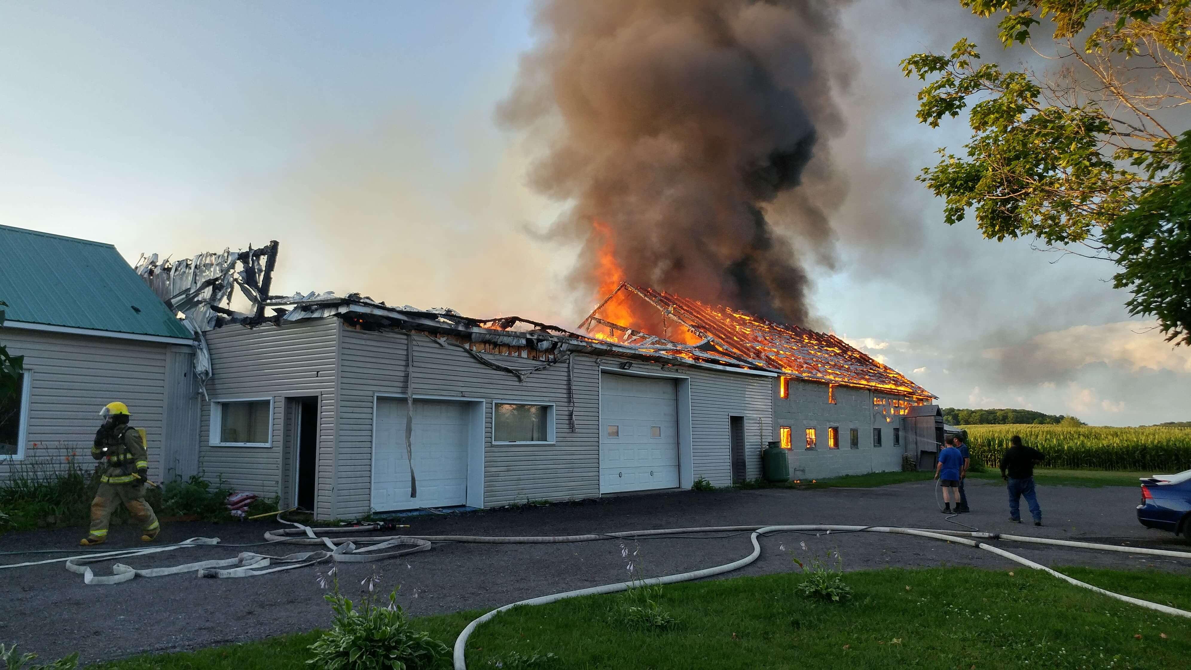 Une grange est détruite par un incendie à Saint-Alexis