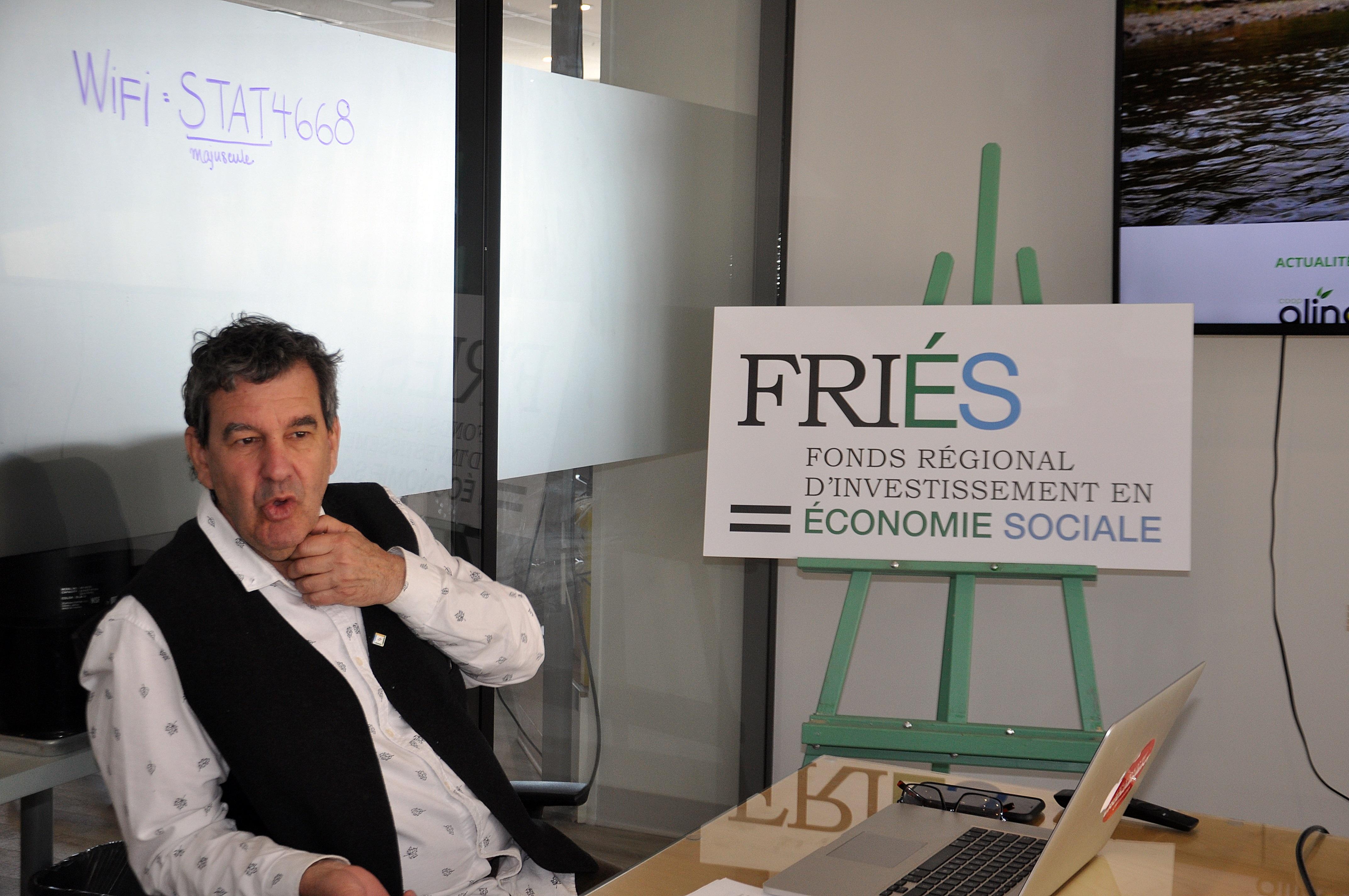 Jacques Bérubé présentant le logo du nouveau FRIÉS.
