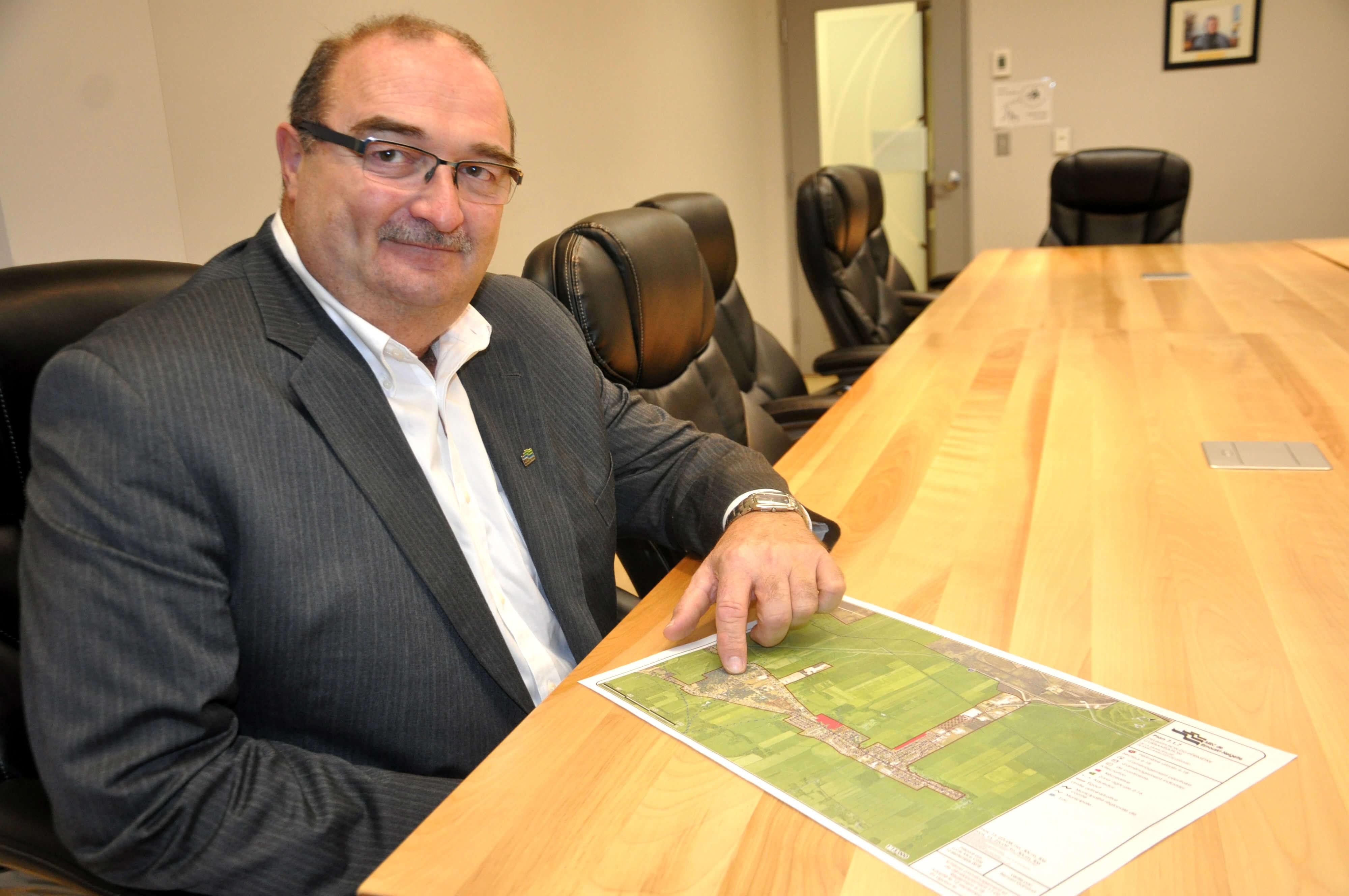 Le maire de Saint-Anaclet, Francis St-Pierre, montrant le secteur prévu pour le futur développement résidentiel.