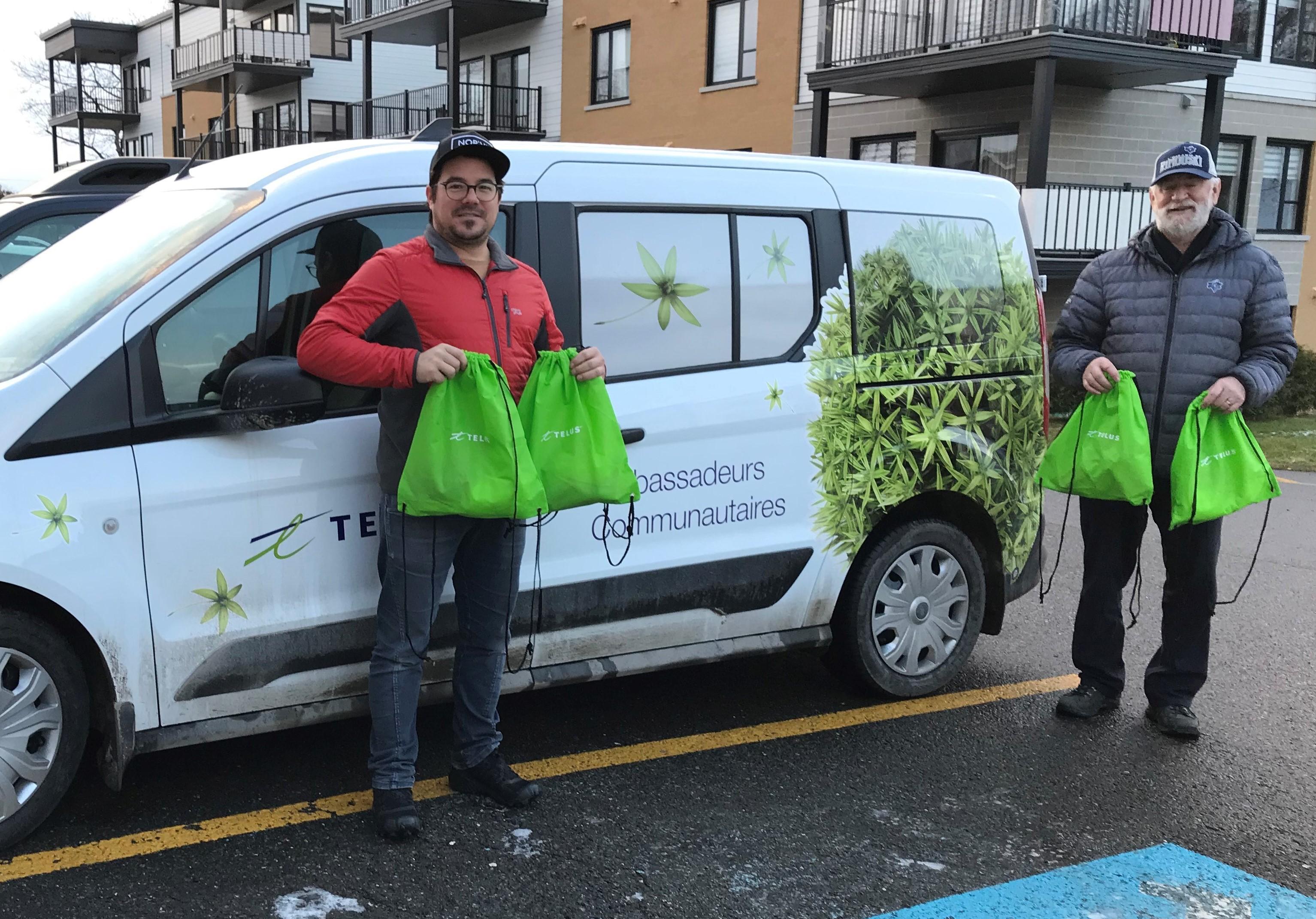 Matthieu Lepage, membre des ambassadeurs communautaires de TELUS à Rimouski, et Michel Boucher, directeur général de L'Arrimage.