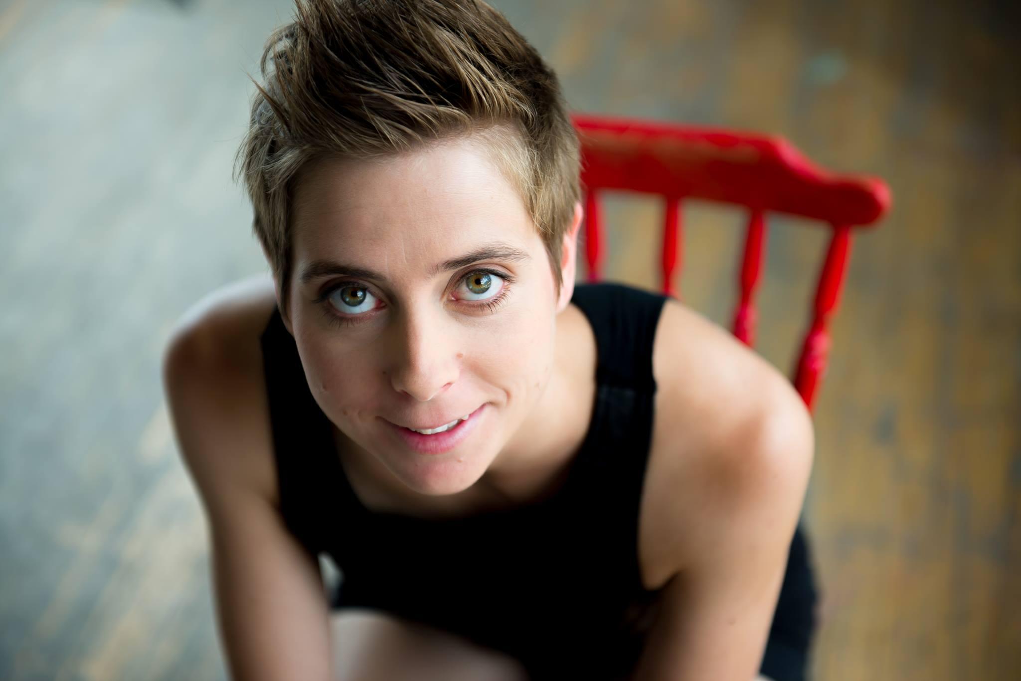 La comédienne Ève Landry est issue du Conservatoire d'art dramatique de Montréal, et a débuté sa carrière principalement au théâtre.