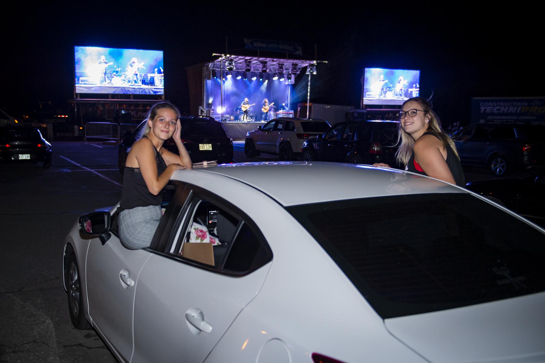 Le duo 2Frères était de passage à Rimouski samedi avec une formule ciné-parc dans le stationnement du Complexe Léonidas.