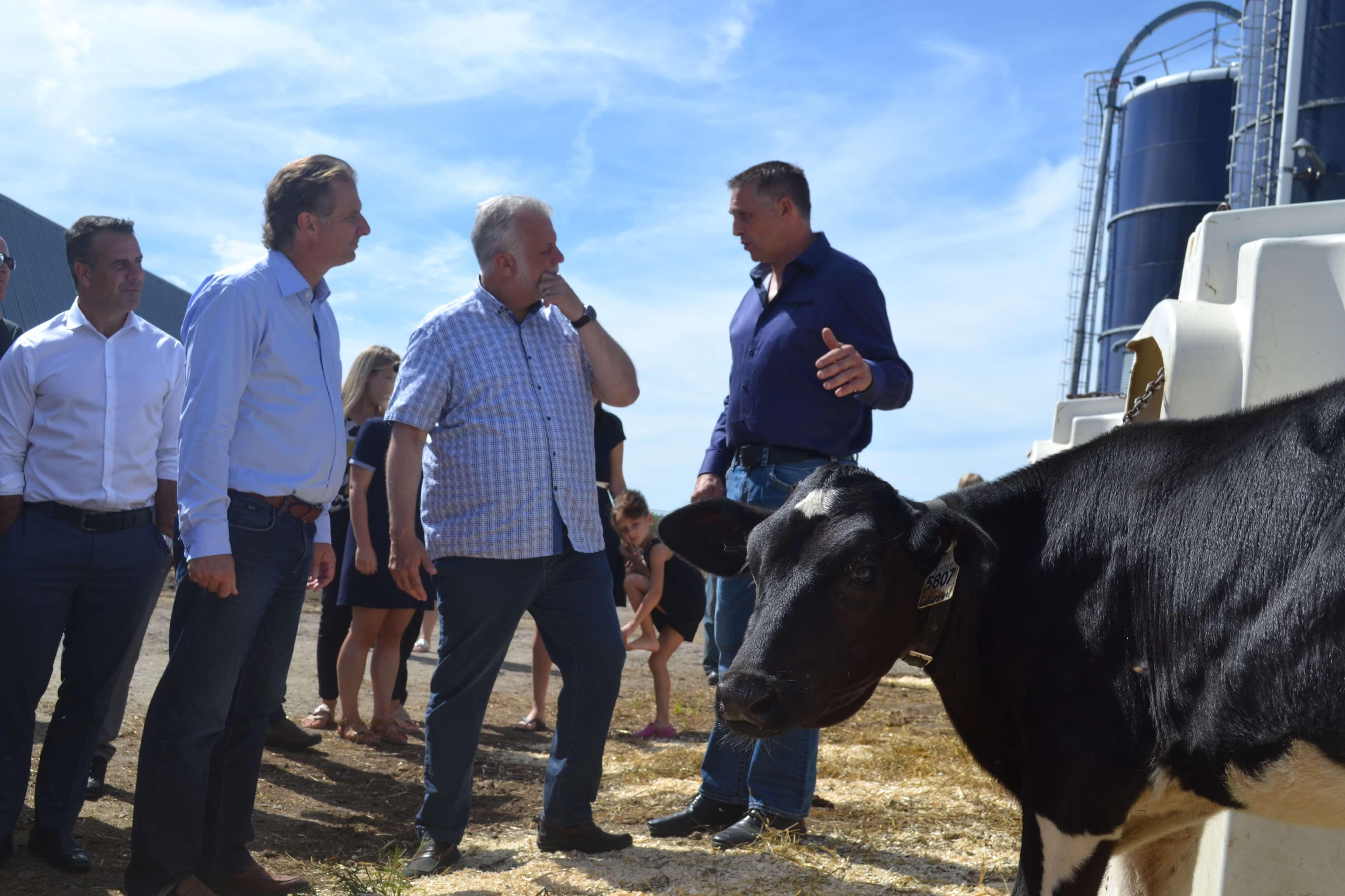 Philippe Couillard visite une ferme de la région