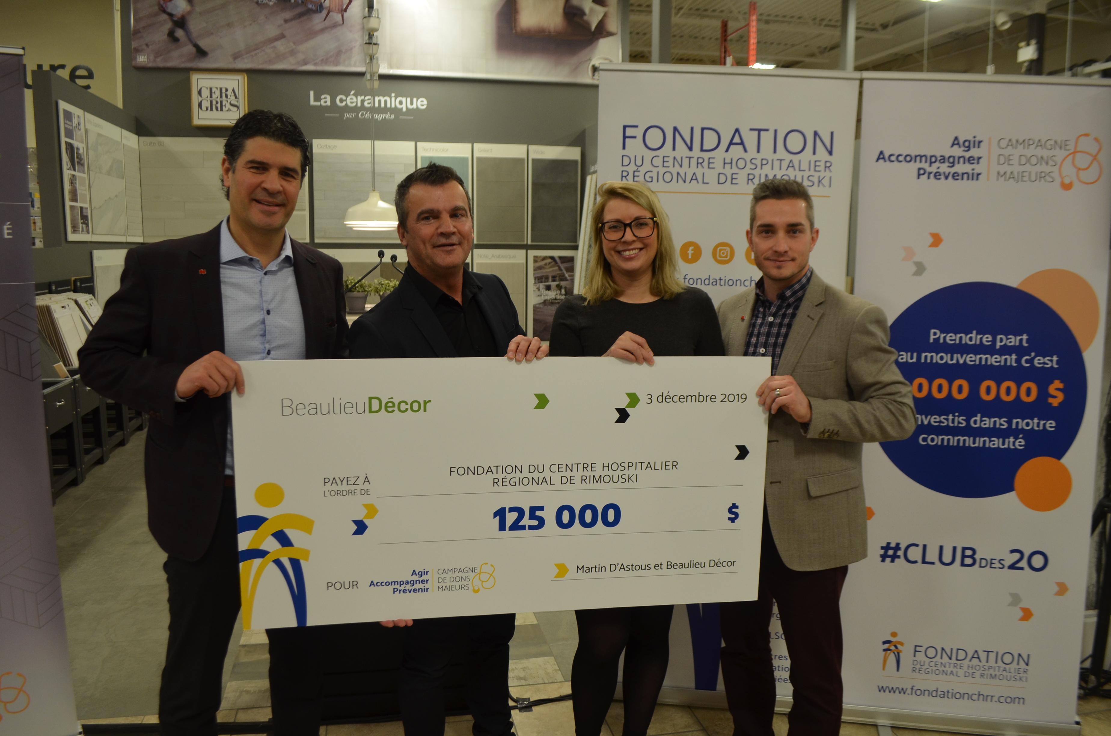 Martin Beaulieu de l'entreprise Beaulieu Décor (au centre) remet un chèque de 125000 $