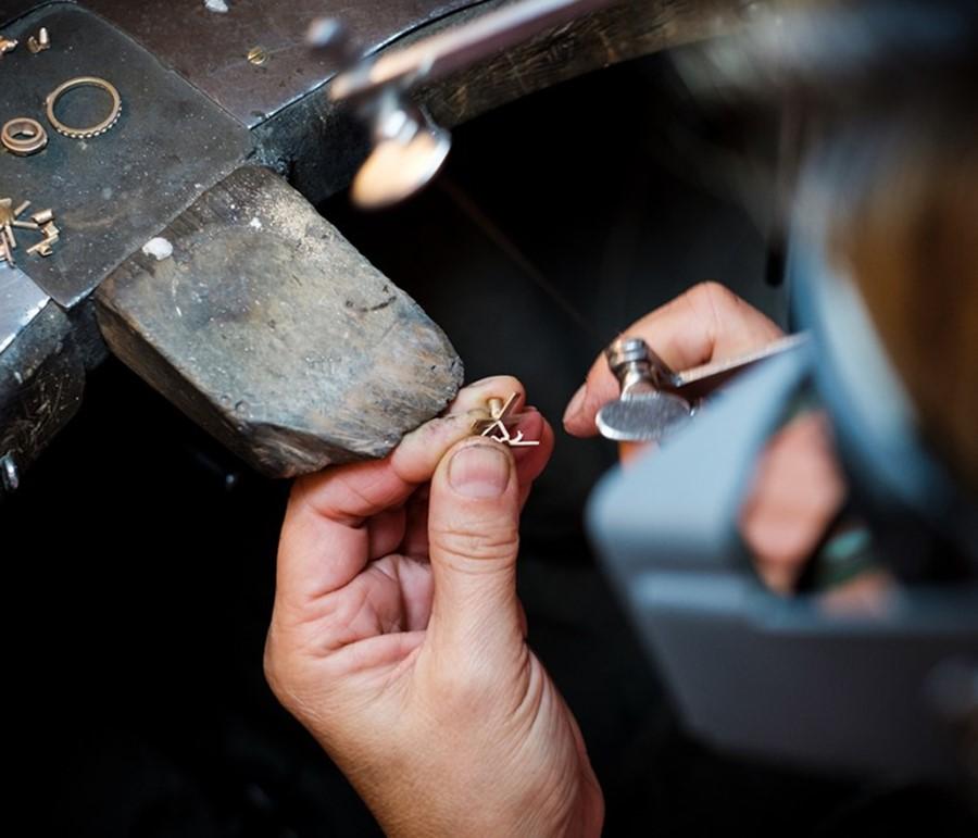 Ce travail artistique consiste à créer des médailles et un insigne de boutonnière originaux, uniques et représentatifs.