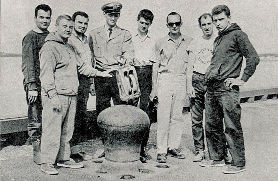 L'équipe de 1964 : Fernand Bergeron, plongeur, Jean-Paul Fournier, chef d'équipe, Donald Tremblay, conseiller, Mario Lavoie, capitaine, Gaston Fillion, matelot, ainsi qu'André Ménard, Robert et Claude Villeneuve, plongeurs.