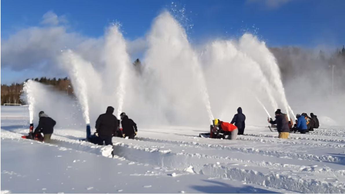 Le Drag de souffleuse à neige, une activité imitée par de plus en plus de municipalités et fêtes d'hiver au Québec.