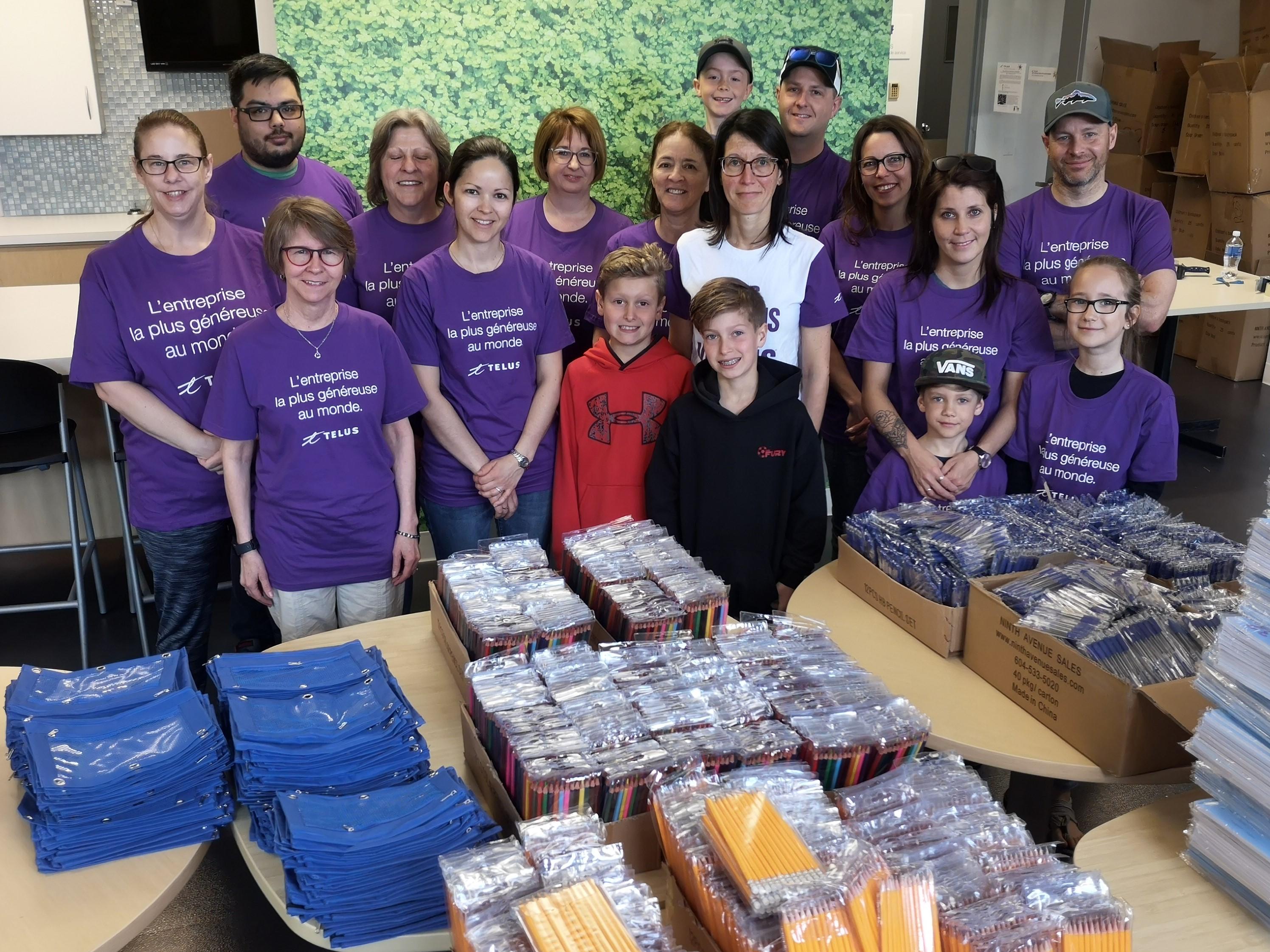 Chaque année, dans le cadre des Journées du bénévolat de TELUS, les Ambassadeurs communautaires de l'entreprise préparent des centaines de sacs d'école remplis de fournitures scolaires.