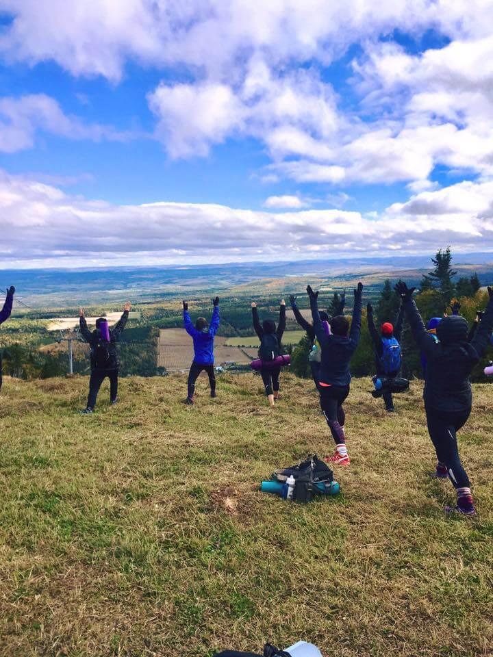 Une activité sportive ralliant yoga et montagne à Val-D'Irène