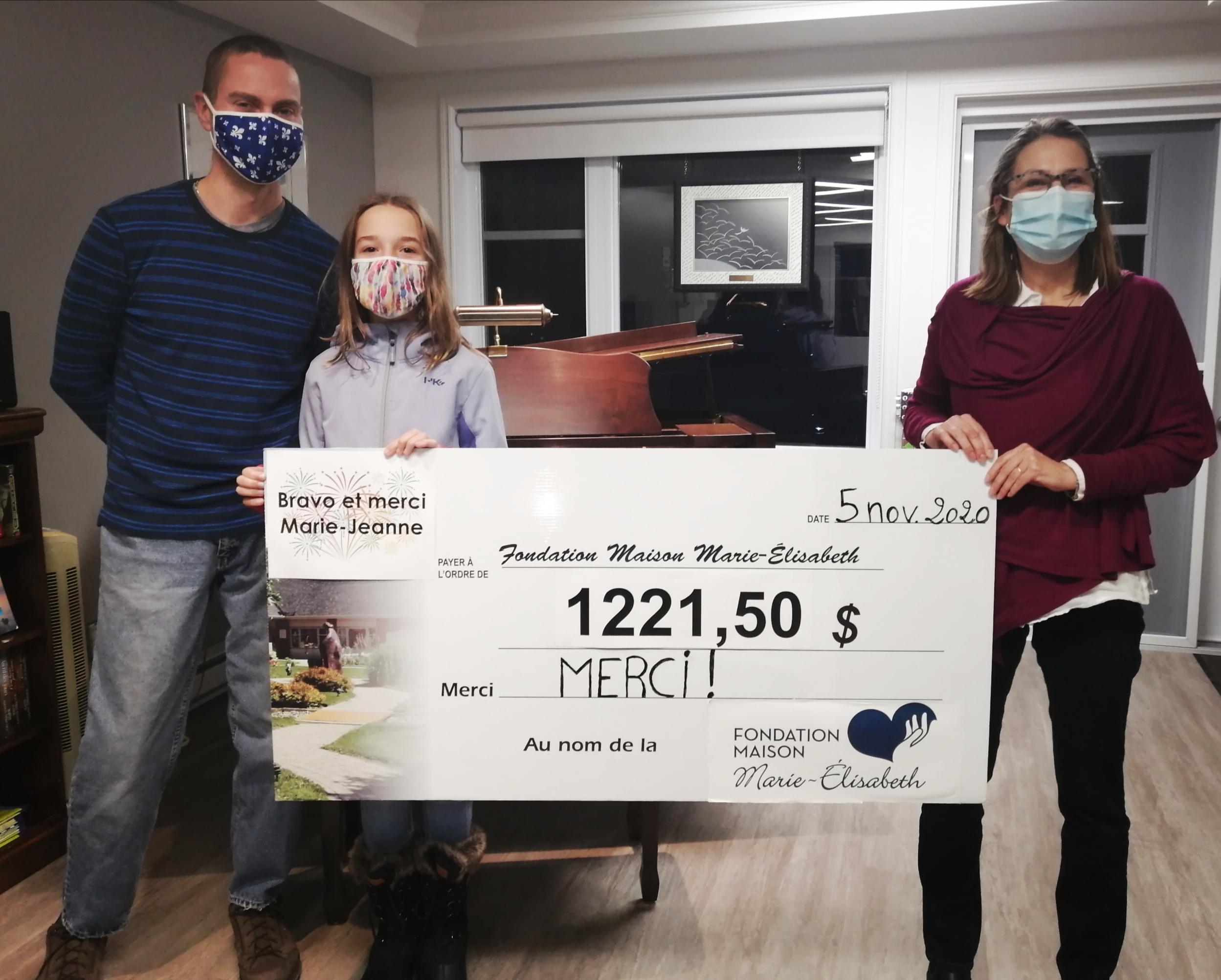 Marie-Jeanne Gagné, 12 ans, et son père, Francis Gagné, ont officiellement remis les 1 221,50 $ recueillis à la directrice générale de la Maison Marie-Élisabeth, Paule Côté.
