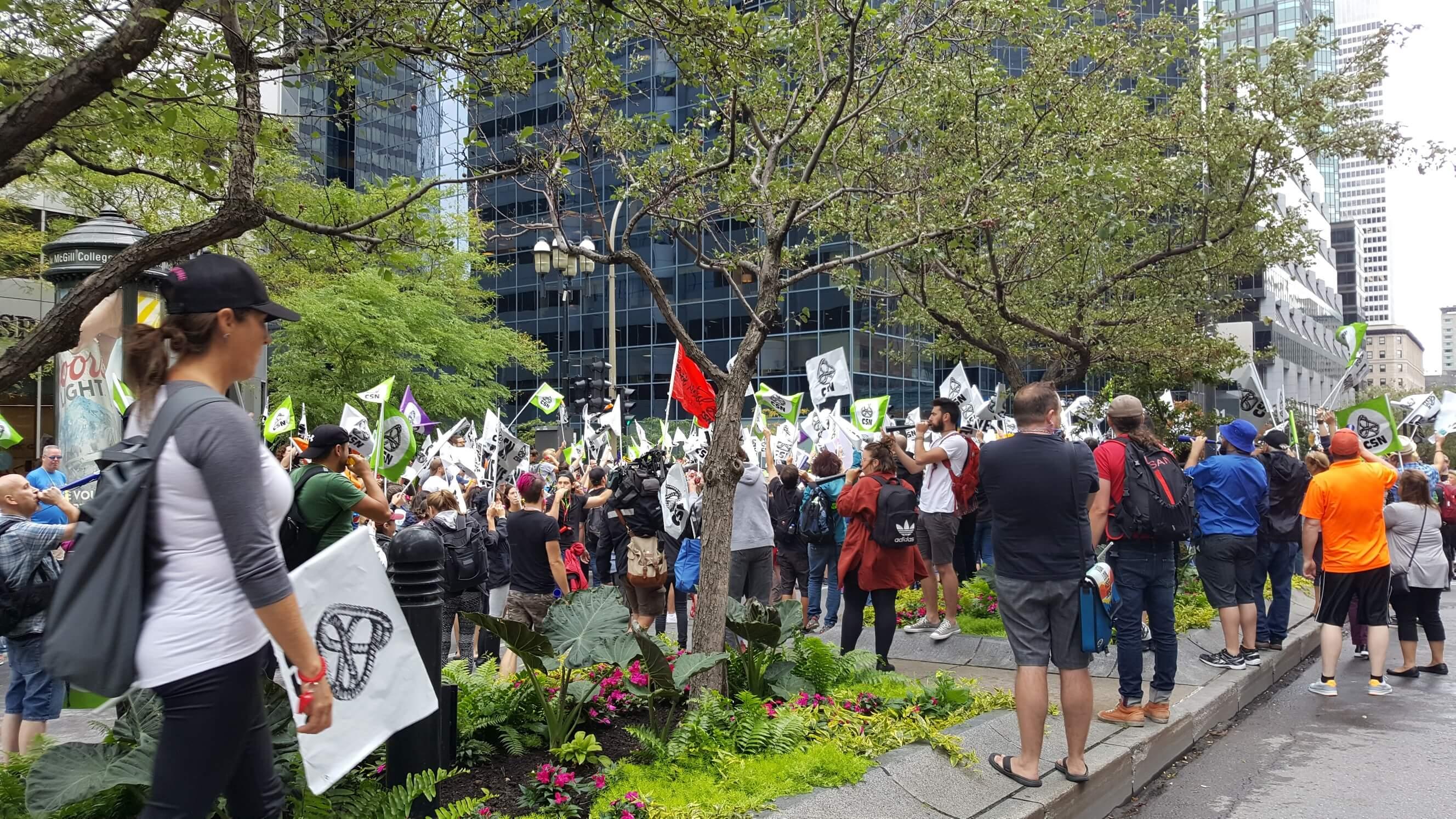 Des centaines de travailleurs de la SAQ ont manifesté le 22 août 2018 devant le bureau du Premier ministre du Québec, à Montréal.