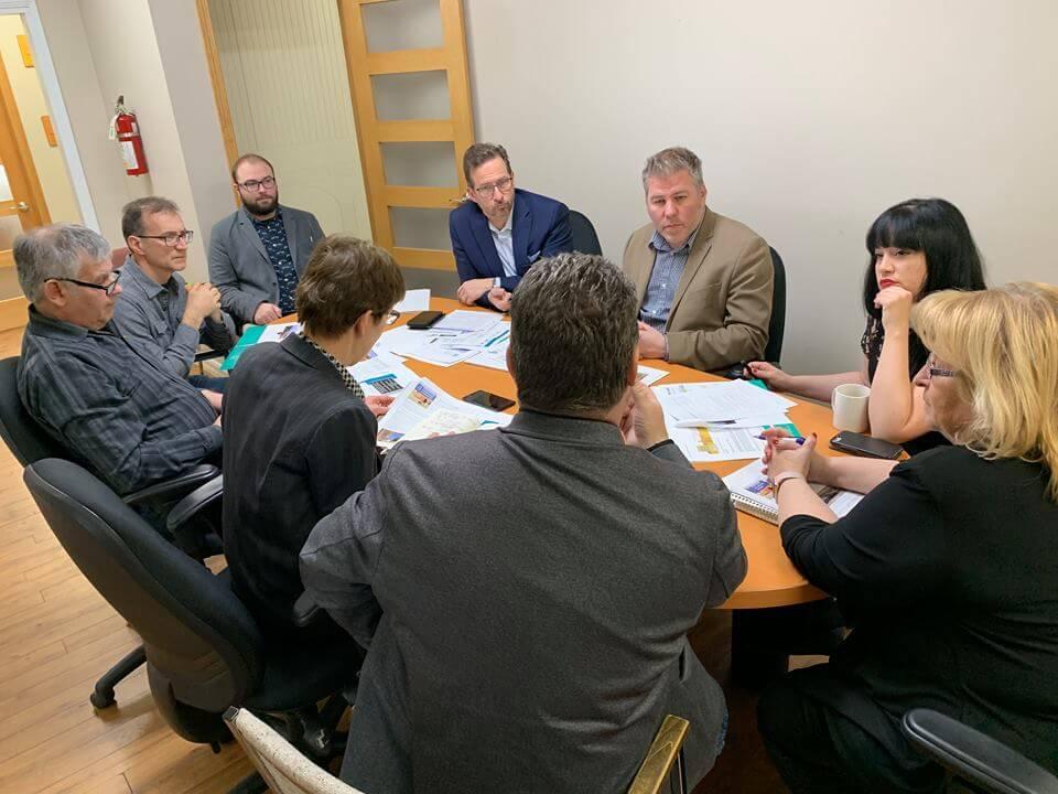 Yves-François Blanchet (en bleu, au centre) a rencontré plusieurs intervenants et élus régionaux, dont le chef intérimaire du Parti québécois, Pascal Bérubé (à sa gauche).