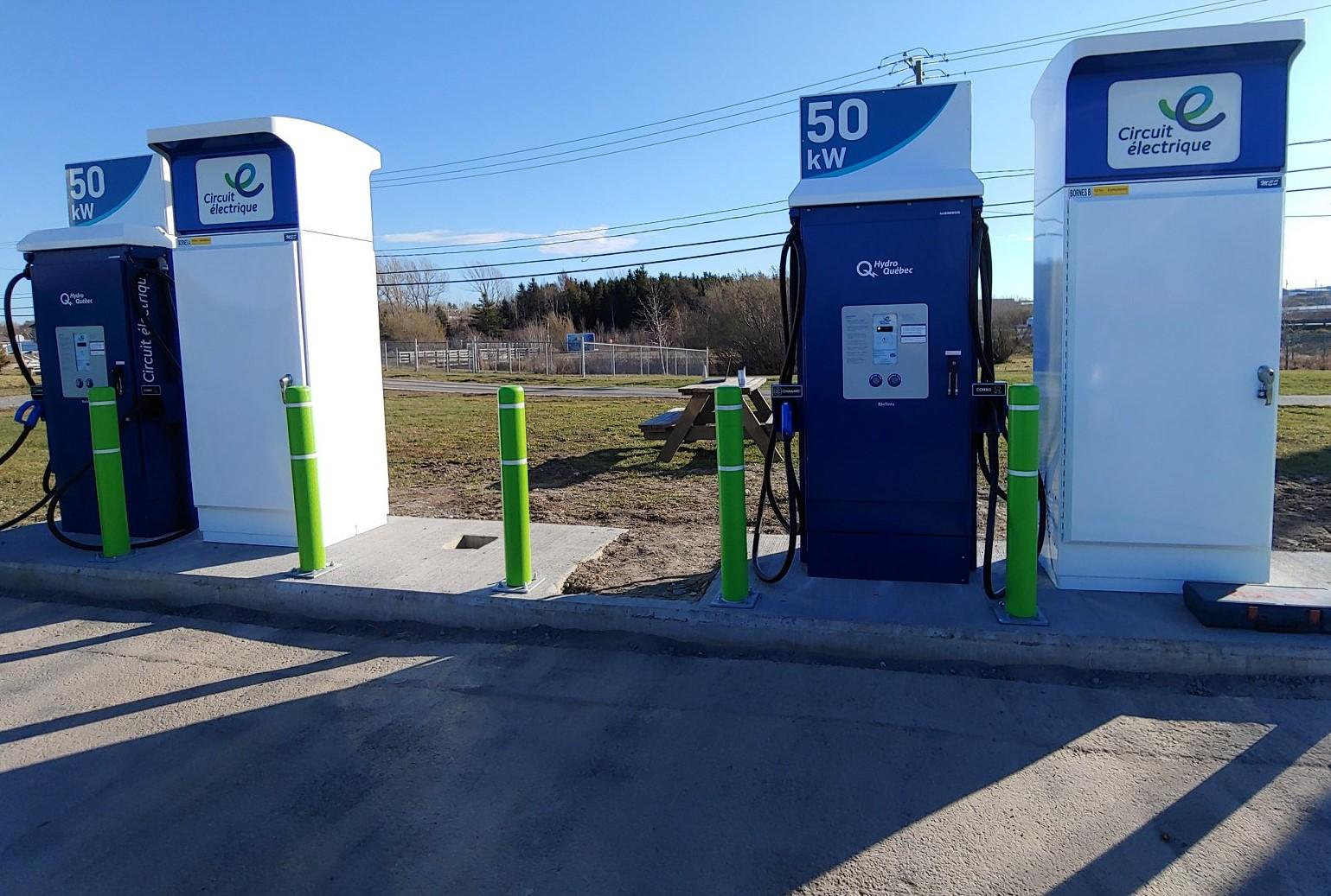 Deux nouvelles bornes de recharge rapide de 50 kW ont récemment été ajoutées au Circuit électrique d'Hydro-Québec, à Mont-Joli.