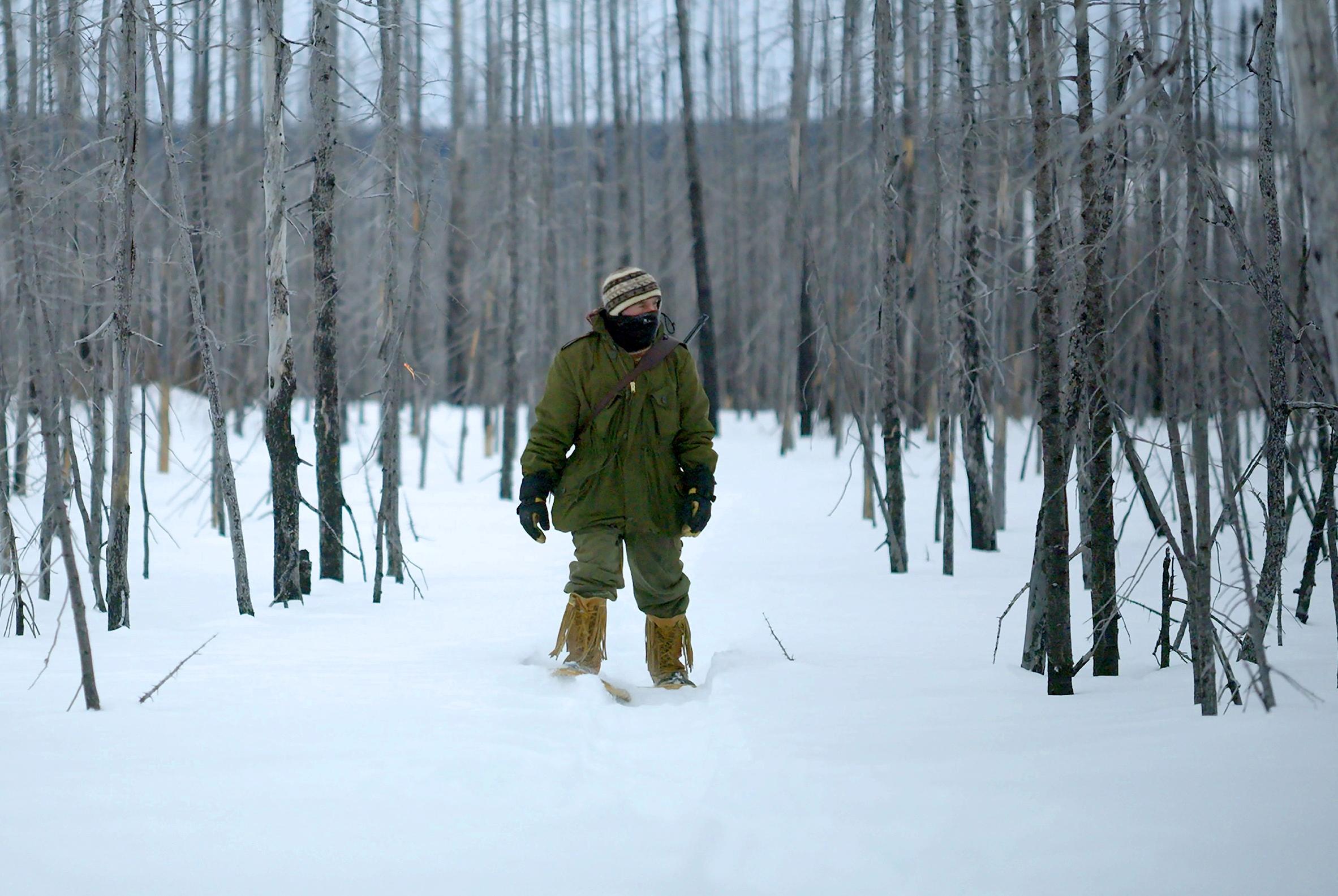Un canot dans le neige
