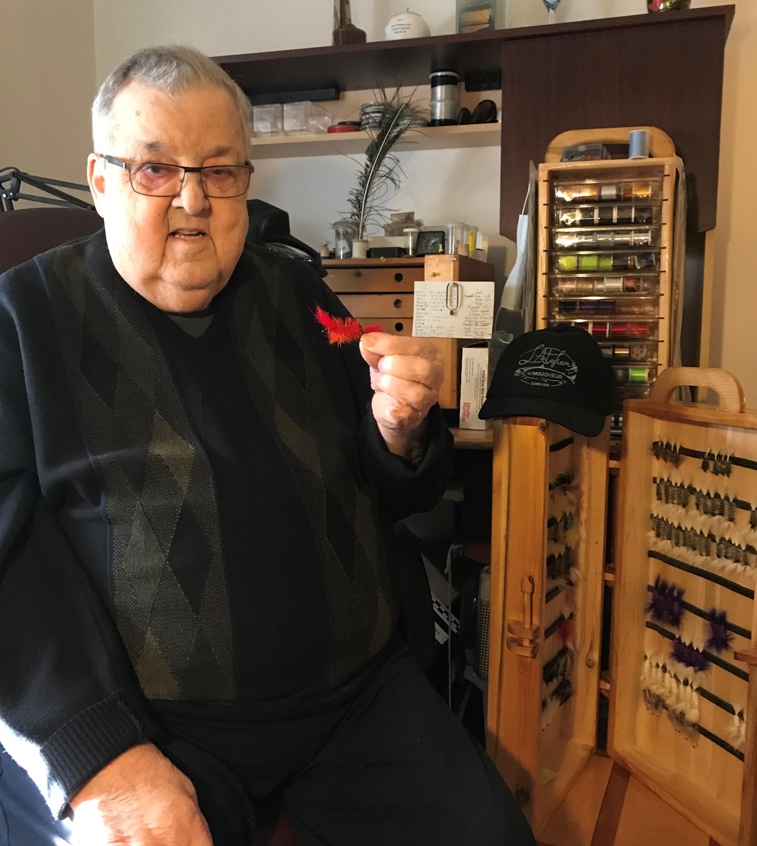 Roger Bastien était dans la vingtaine lorsqu'il a appris à faire des mouches. Il a pêché le saumon et la truite une bonne partie de sa vie.