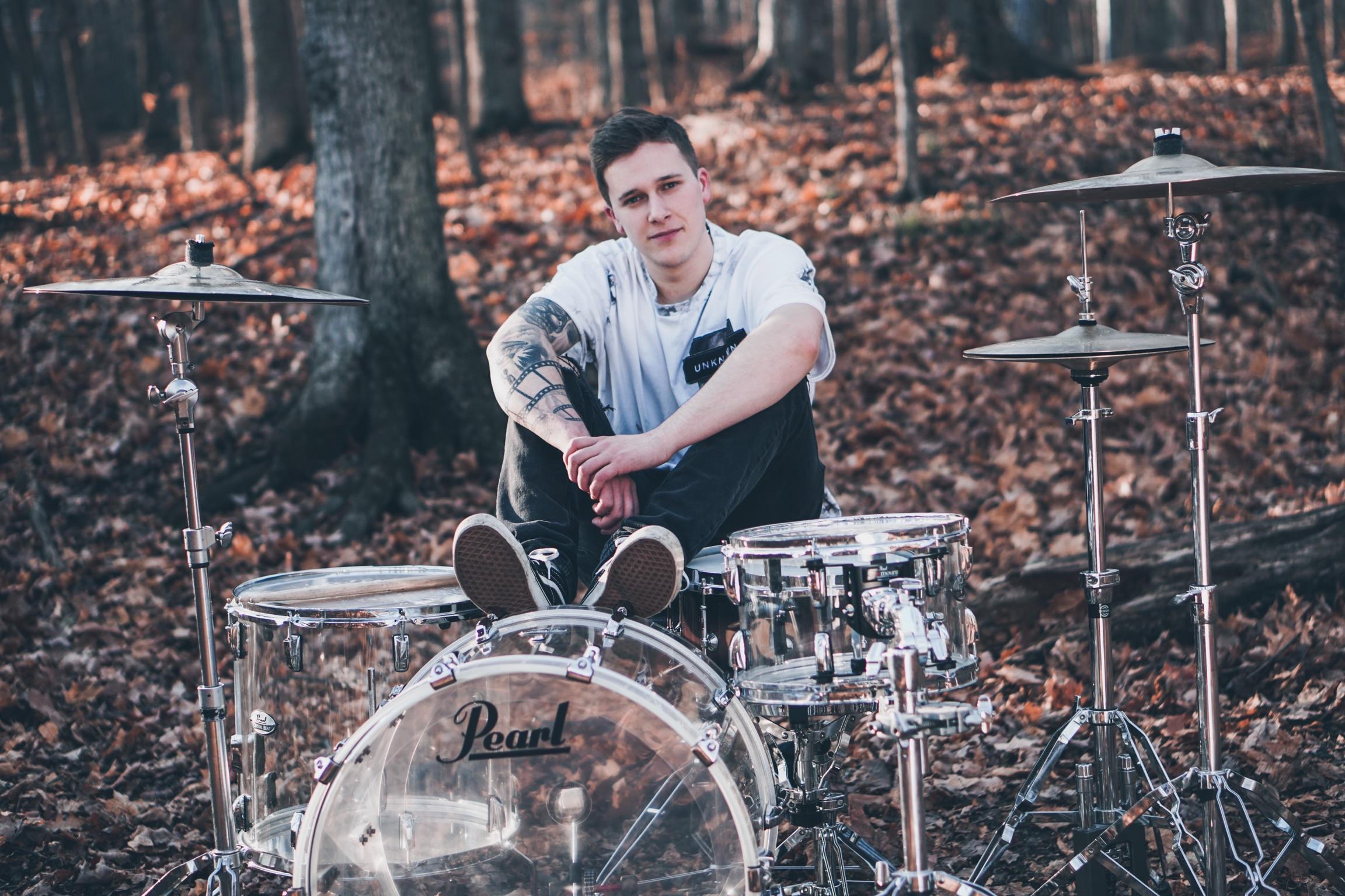 Au sein de la formation Story Untold, Jonathan Landry a voyagé un peu partout sur la planète et a participé à une tournée du Vans Warped Tour.