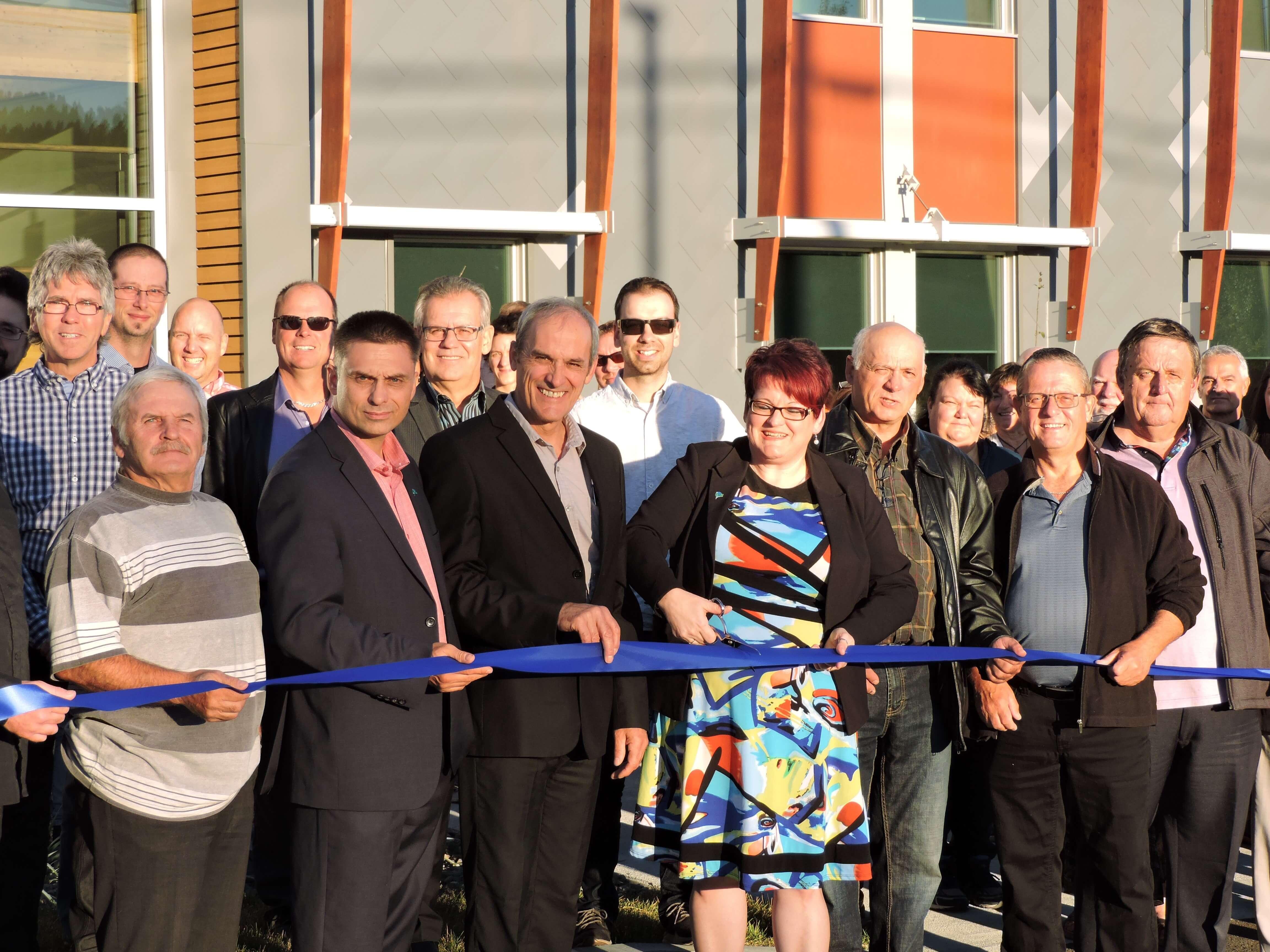 Madame Chantale Lavoie, préfet de la MRC, effectue la coupe du ruban pour inaugurer le nouveau centre administratif