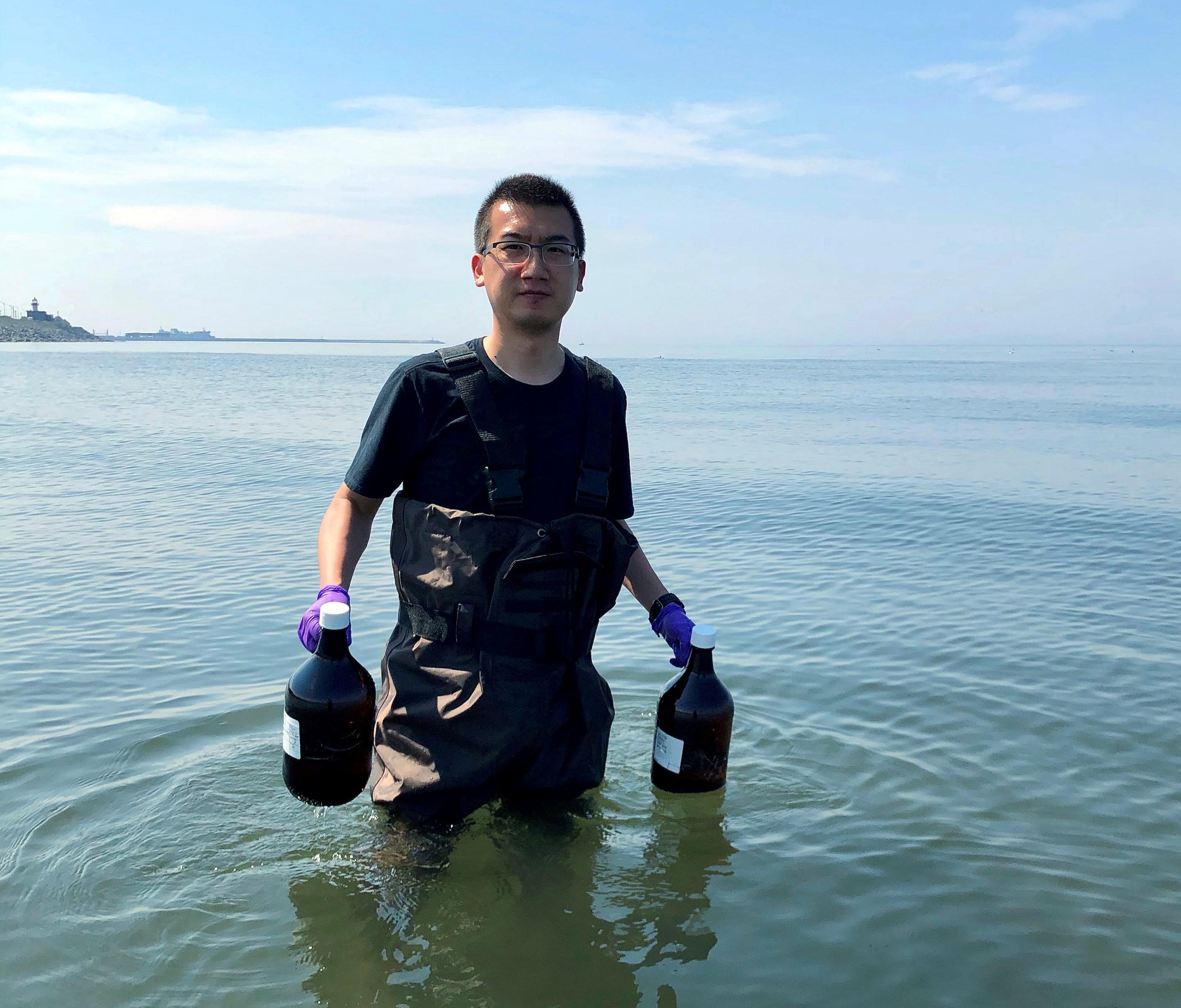 Le projet de recherche est dirigé par le professeur Zhe Lu, un spécialiste de l'écotoxicologie de l'ISMER-UQAR.