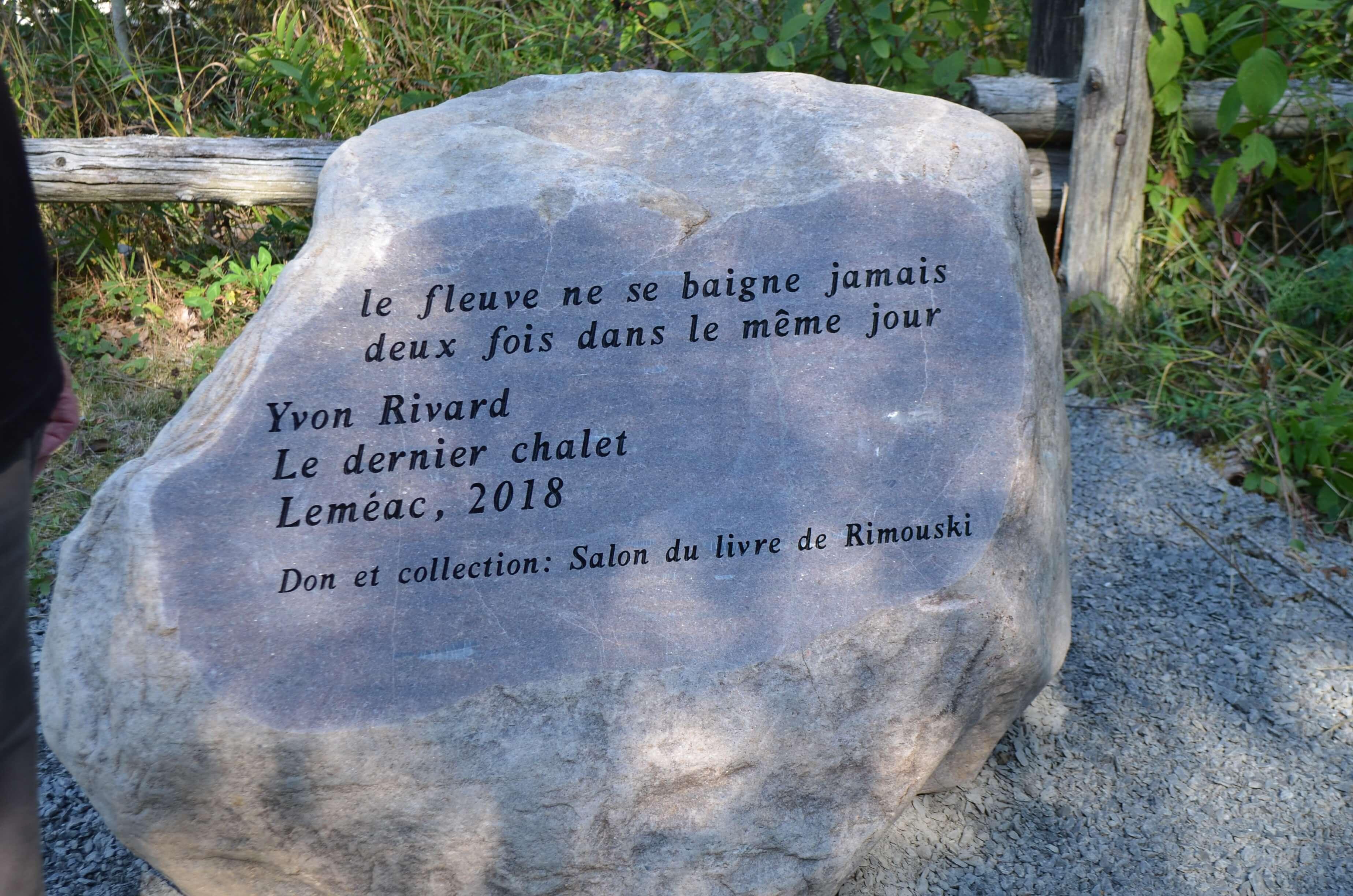 Pierre gravée de la Randonnée poétique du Sentier du littoral à Rimouski.