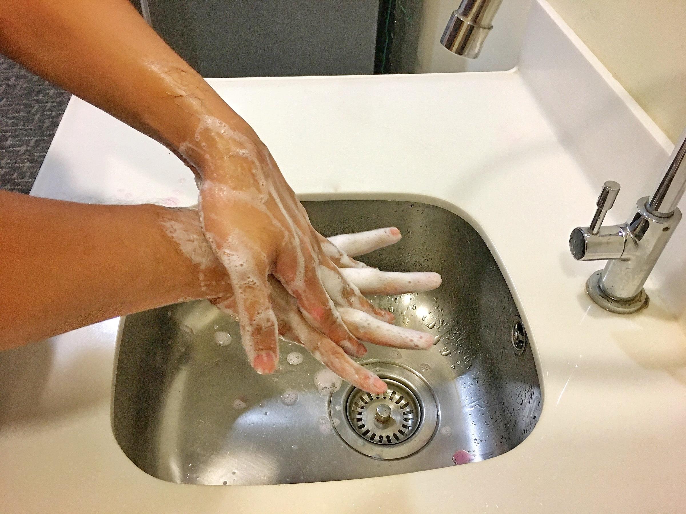COVID-19, coronavirus, lavage des mains, gel désinfectant..
