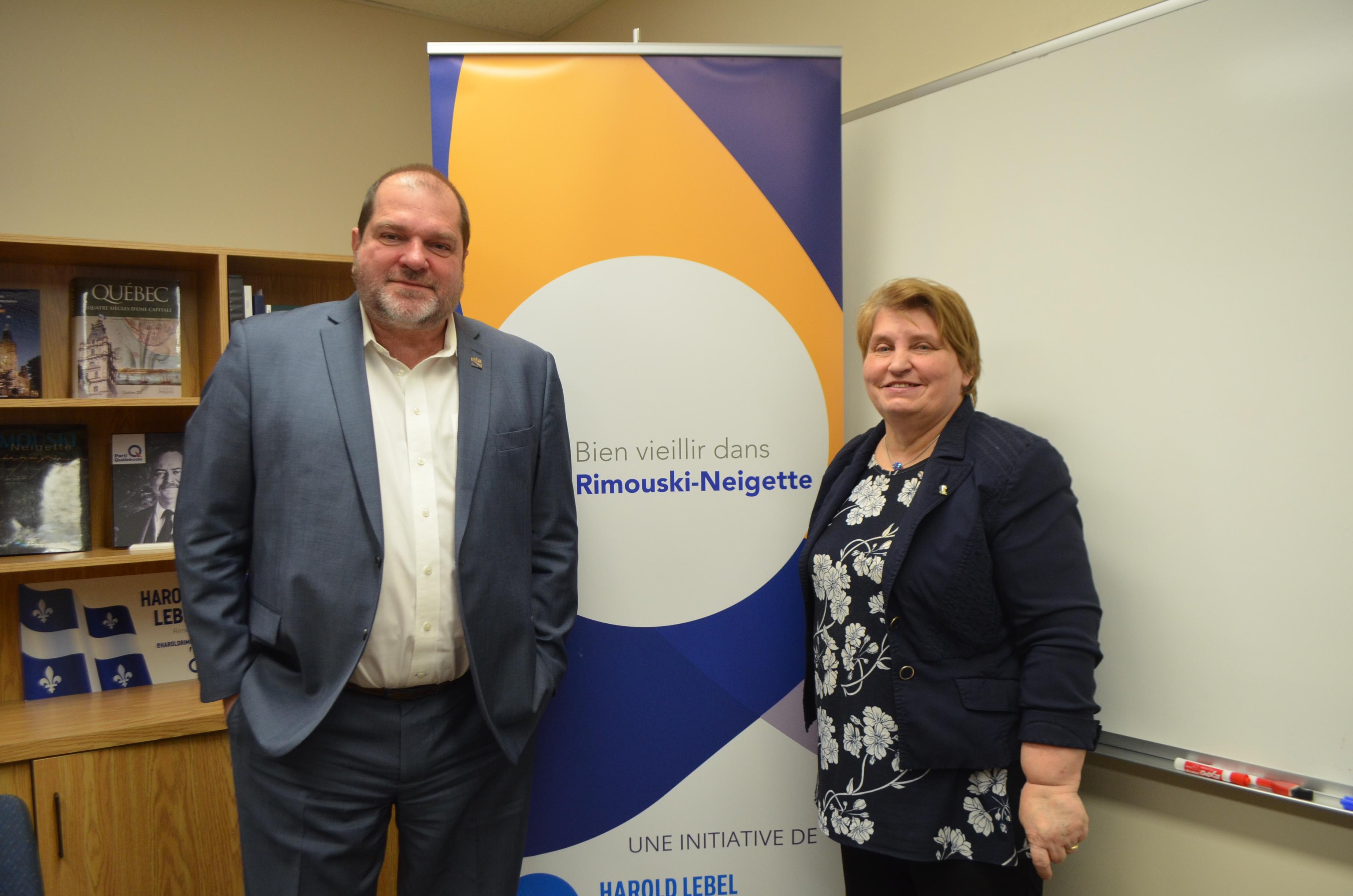Le député de Rimouski et porte-parole du troisième groupe d'opposition pour les aînés et les proches aidants, Harold LeBel et Denise Gagnon, directrice du Carrefour 50 + du Québec.