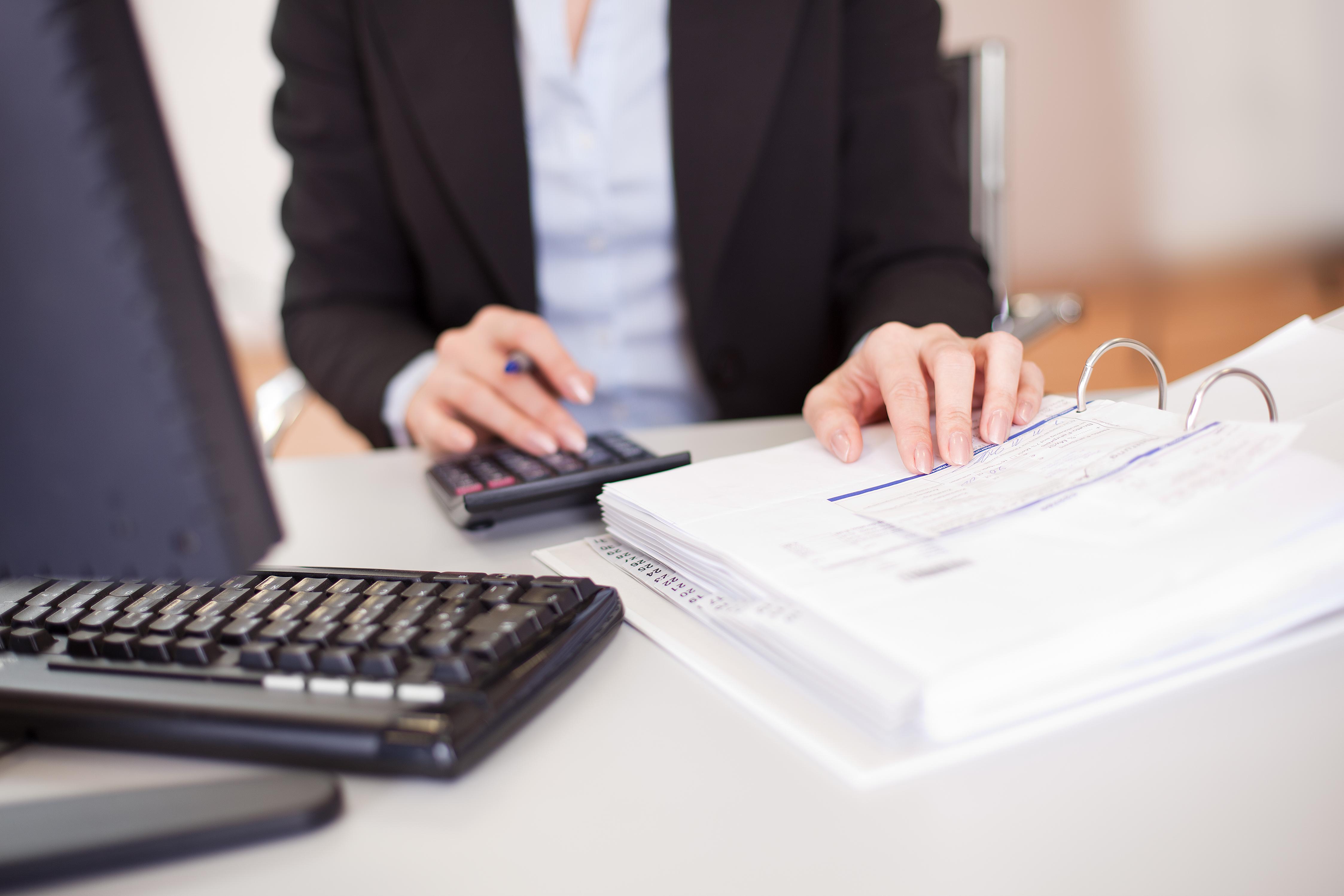 femme comptable calculatrice ordinateur
