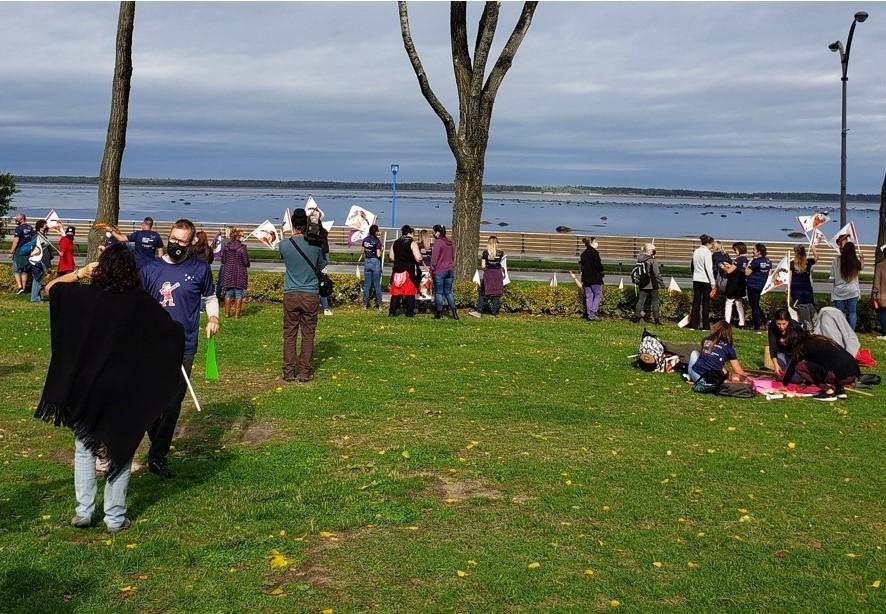 Les membres des CPE du Bas-Saint-Laurent manifestent à Rimouski aujourd'hui à la Place des Anciens-Combattants.