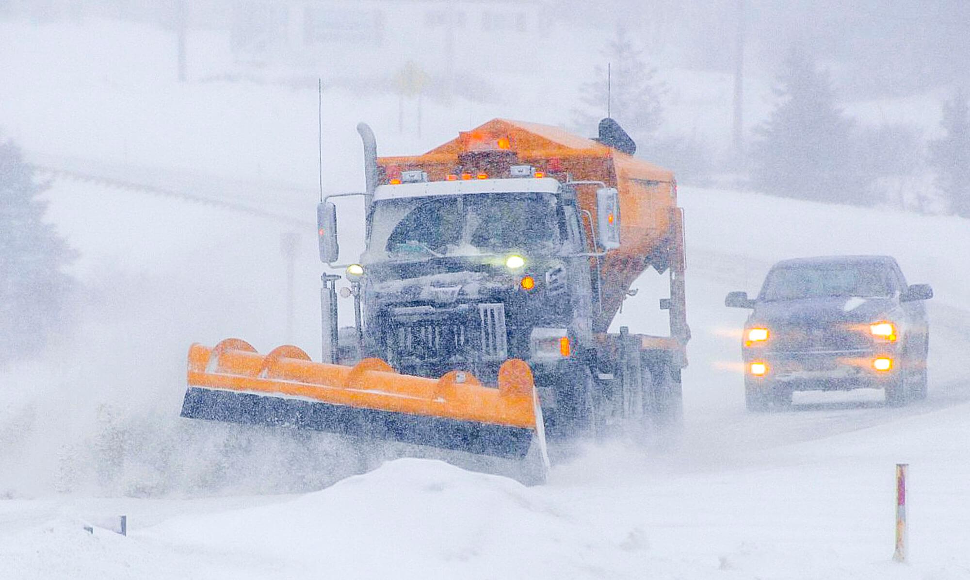 Tempête blizzard poudrerie neige déneigeuse voiture visibilité