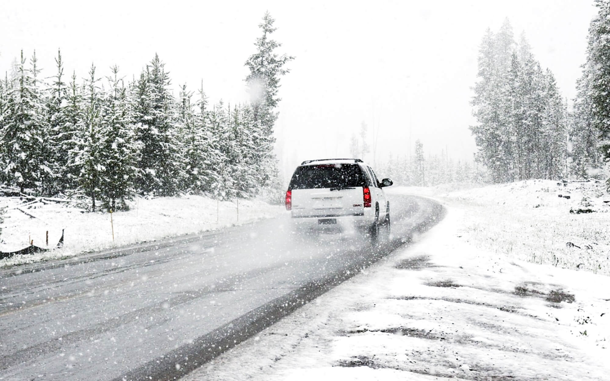 Hiver route neige verglas voiture