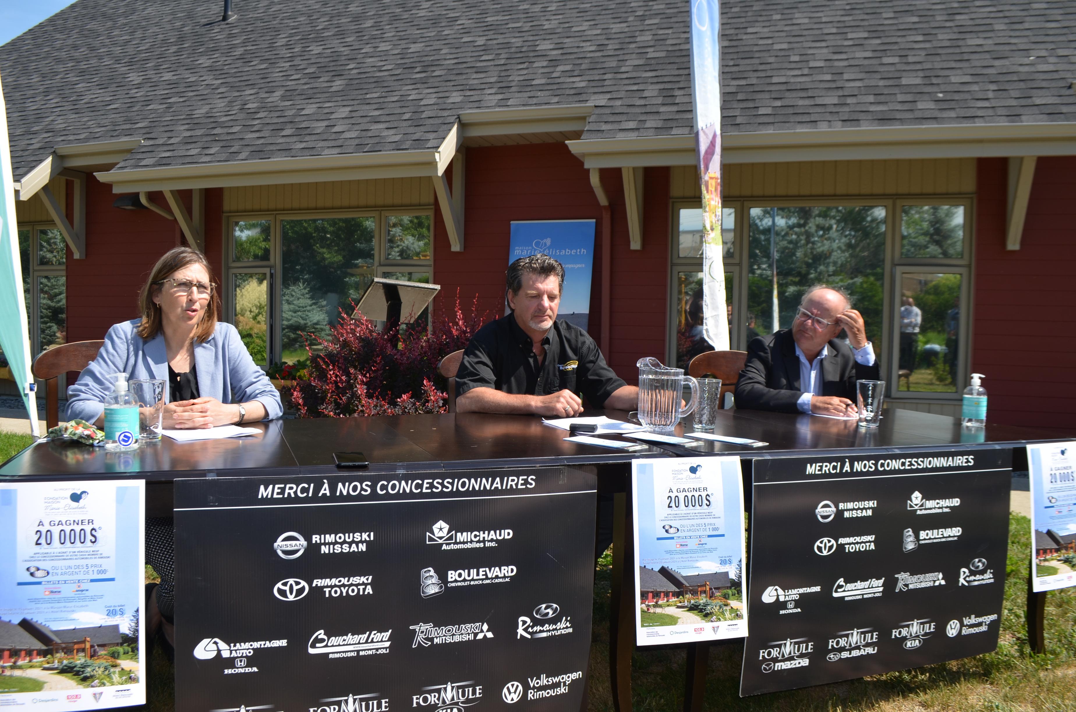 Paule Côté, directrice générale de la Maison Marie-Élisabeth; Steve Lemieux, membre du c.a. et Richard Michaud, président de l'Association des concessionnaires automobiles de Rimouski.