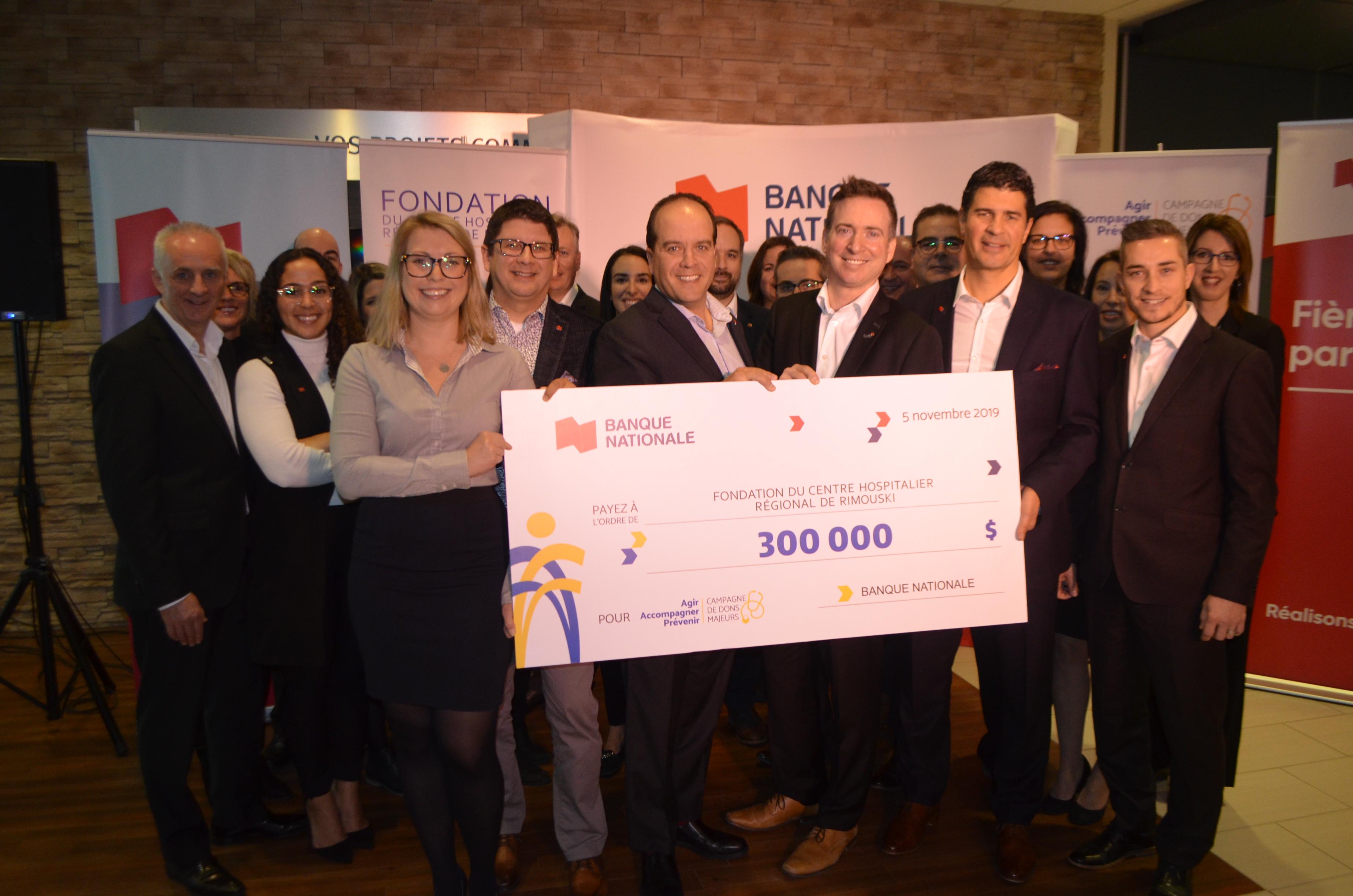 Remise officielle du chèque de 300000 $ de la Banque Nationale de Rimouski dans le cadre de la campagne de dons majeurs de la Fondation du Centre Hospitalier régional de Rimouski.
