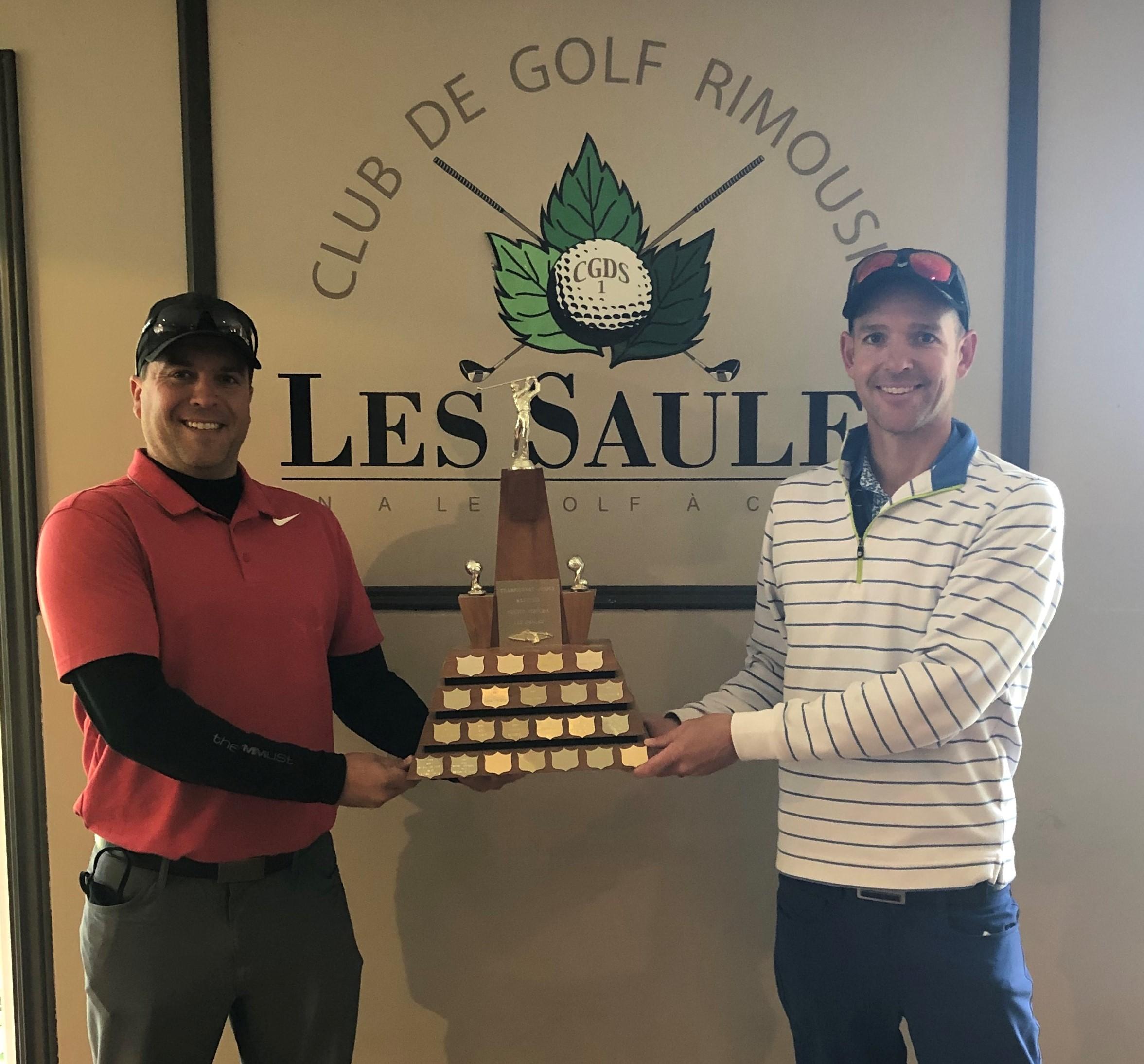 Karl-Hugo Pelletier accompagné du directeur général du Club de golf Les Saules, David Beaudry.