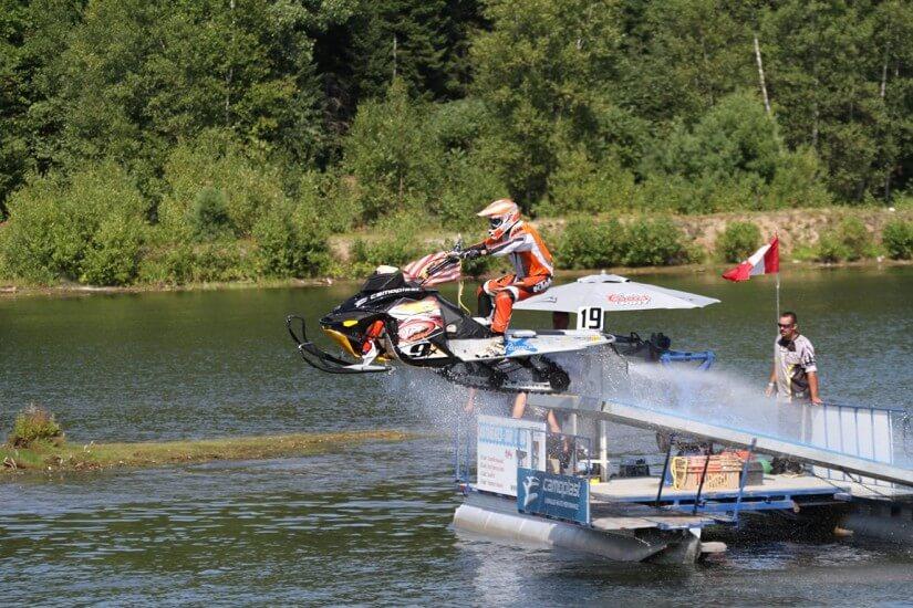 Saut motoneiges sur l'eau