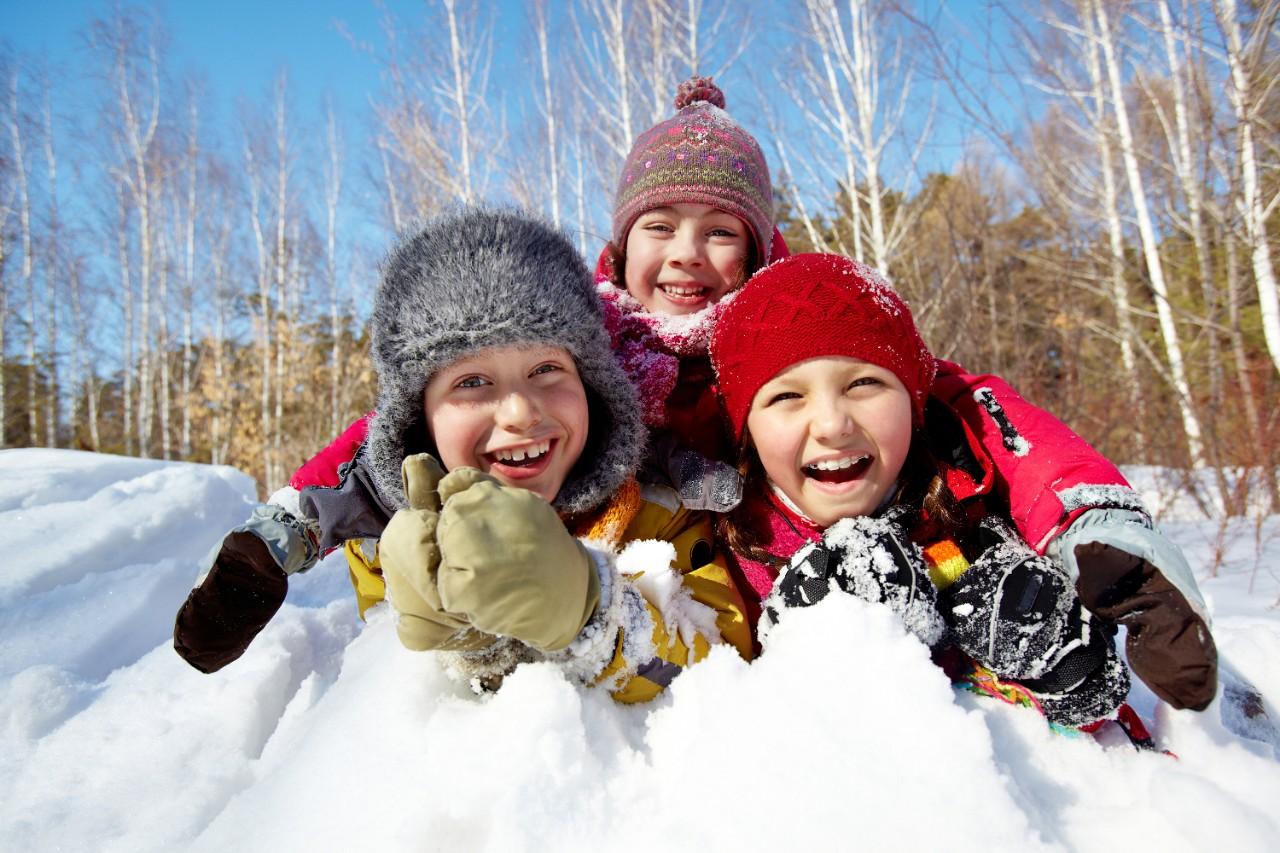Enfants jeux jouer dehors hiver neige plaisir famille