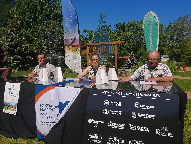 Steeve Lemieux, administrateur à la Maison Marie-Élisabeth; Paule Côté, directrice générale de la Maison; et Richard Michaud, représentant de l'Association des concessionnaires automobiles de Rimouski.