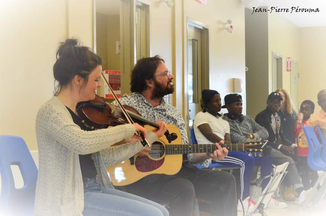 Le Duo Elzéar, Sabrina Berger au violon et Robin Servant à la guitare.