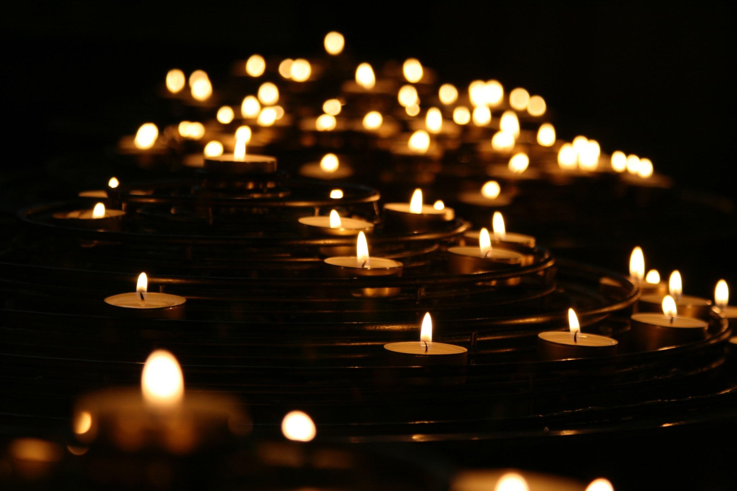 Hommage, chandelles, lampions, mémoire, victimes.
