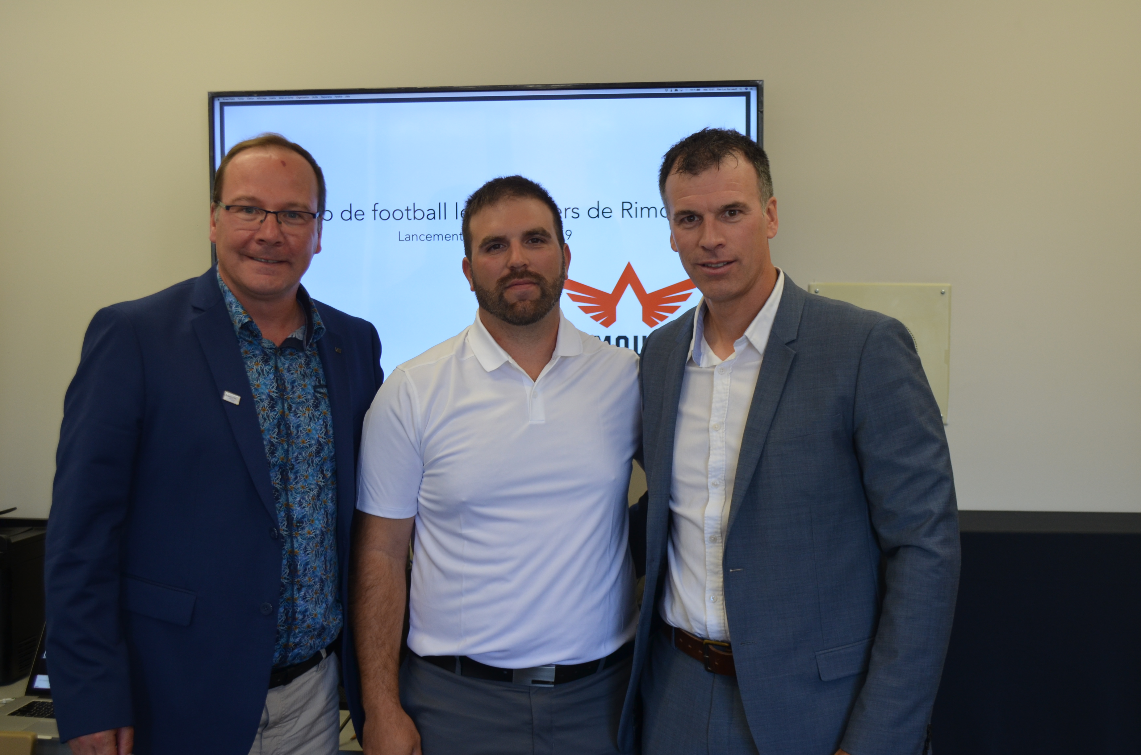 Jocelyn Pelletier, administrateur; le nouvel entraîneur-chef de l'équipe de football les Pionniers de Rimouski, Kevin Nichols et David Castonguay, président du conseil d'administration.
