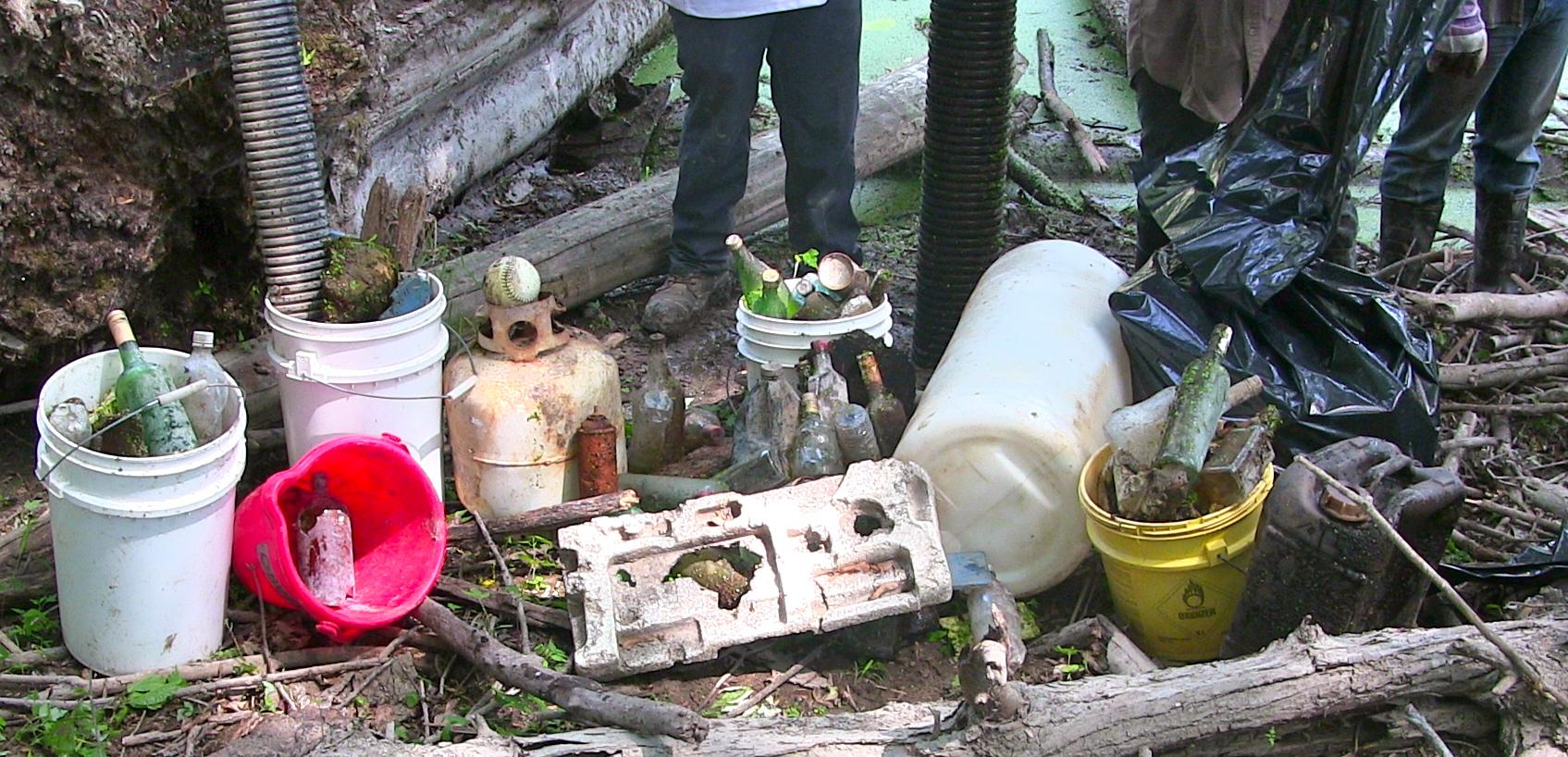 déchets sortis des rives
